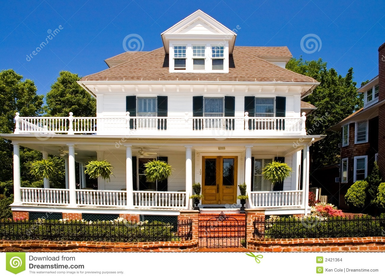 Oud wit huis met portiek