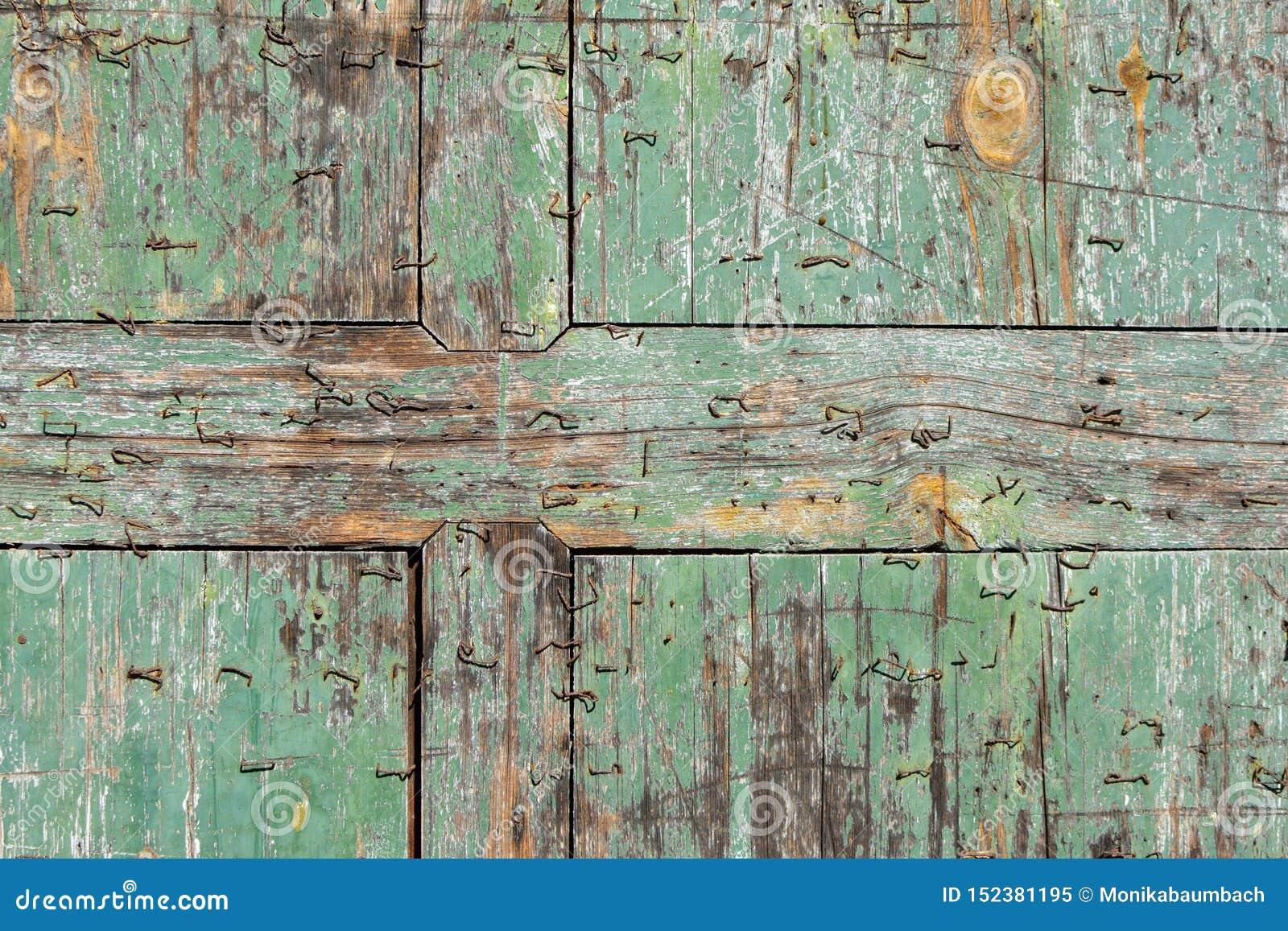 Oude afgebroken houten wintertalings blauwe plank met de achtergrond van de nietjestextuur