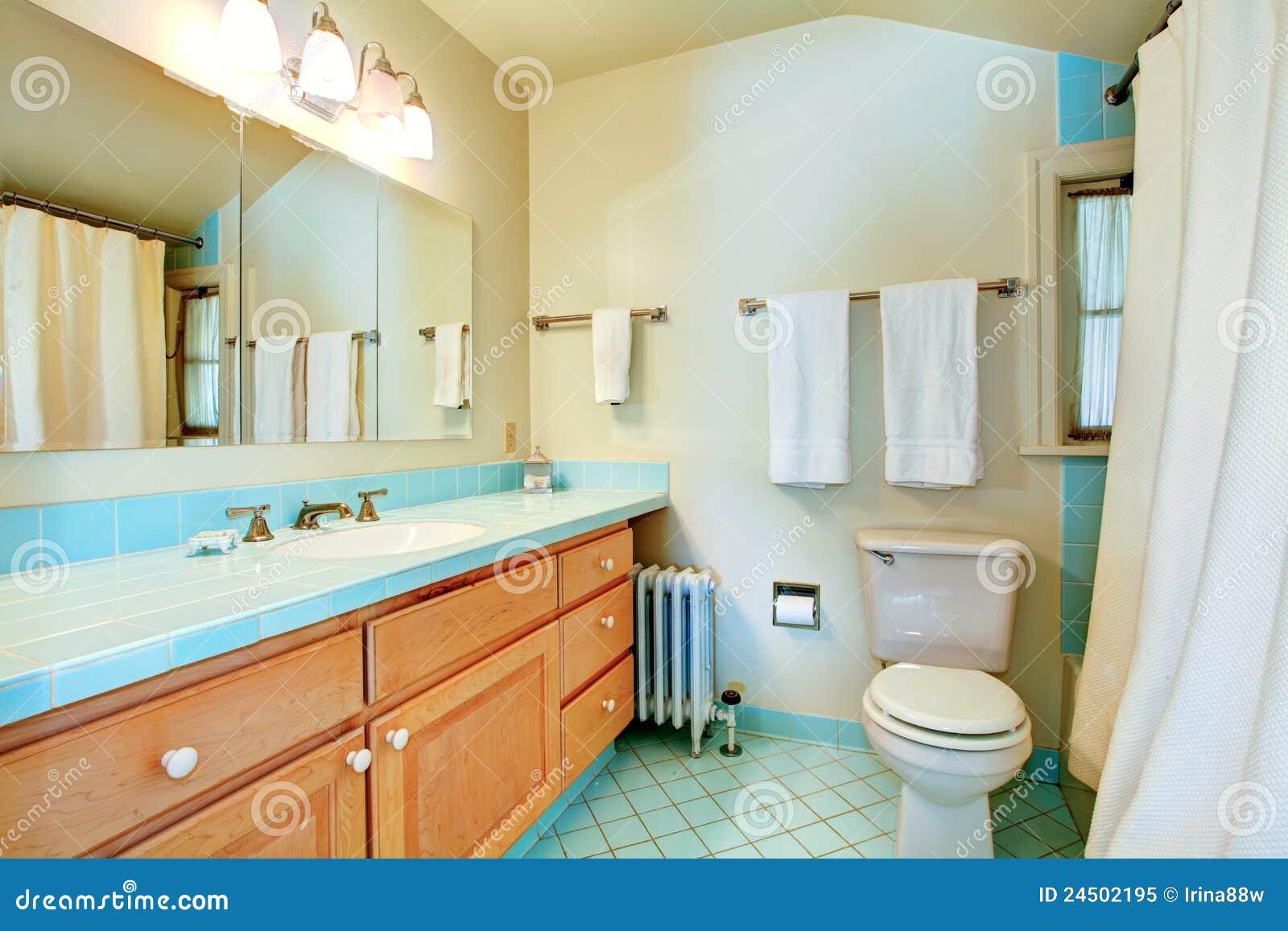 Badkamer Idee Natuur : Oude antieke badkamers met blauwe tegels stock afbeelding