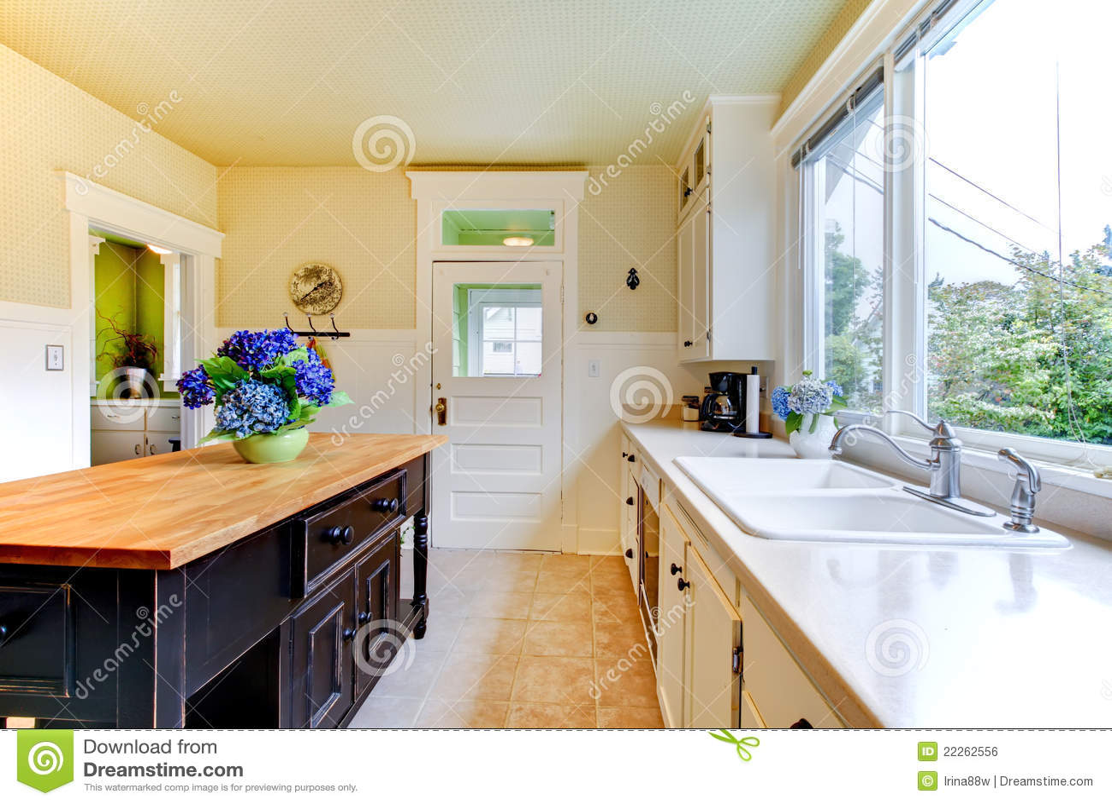 ... -vrije Stock Afbeelding: Oude antieke witte keuken met zwart eiland