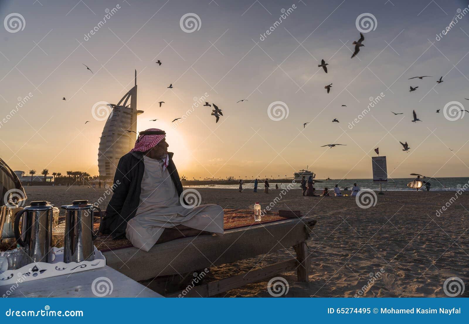 Oude Arabische mensenzitting op het strand