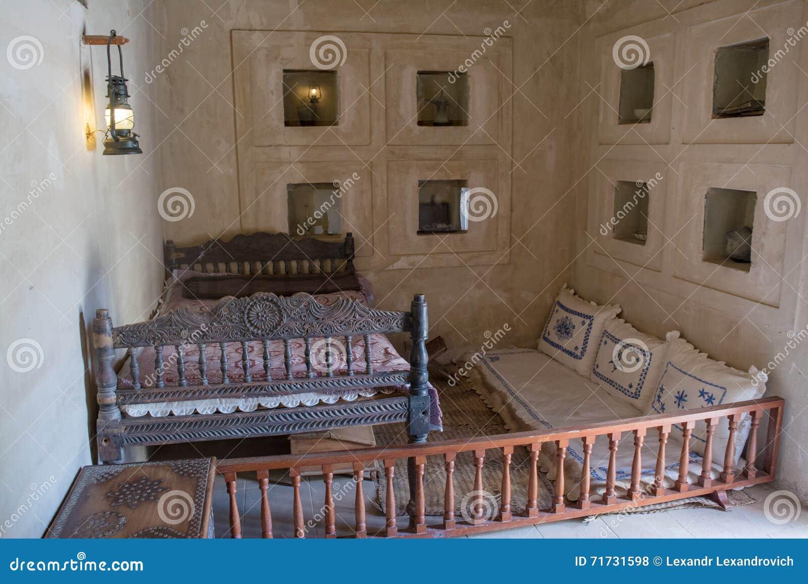 Oude Arabische Slaapkamer Met Bed En Hoofdkussens Stock Foto ...