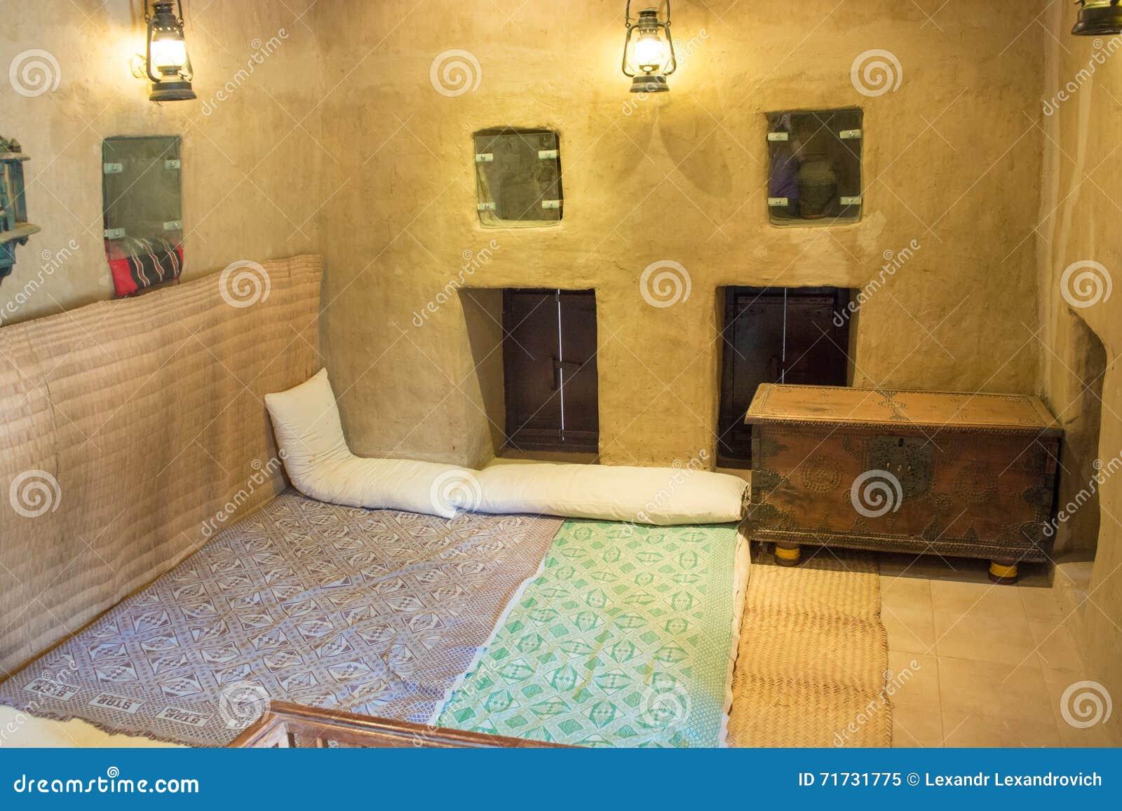 Oude arabische slaapkamer met hoofdkussens, tapijt en borst stock ...