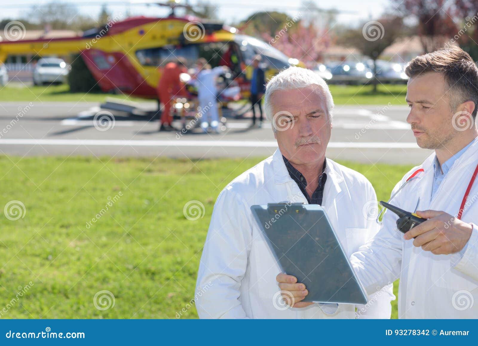 Oude arts en mobiele vliegende ziekenwagen