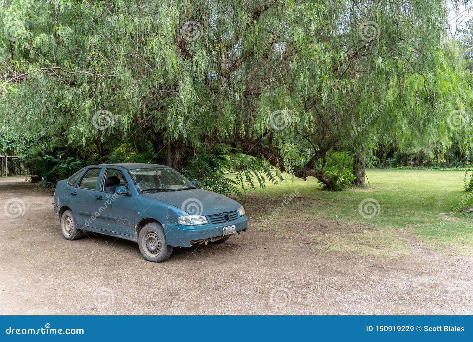 Oude auto op groot landbouwbedrijf