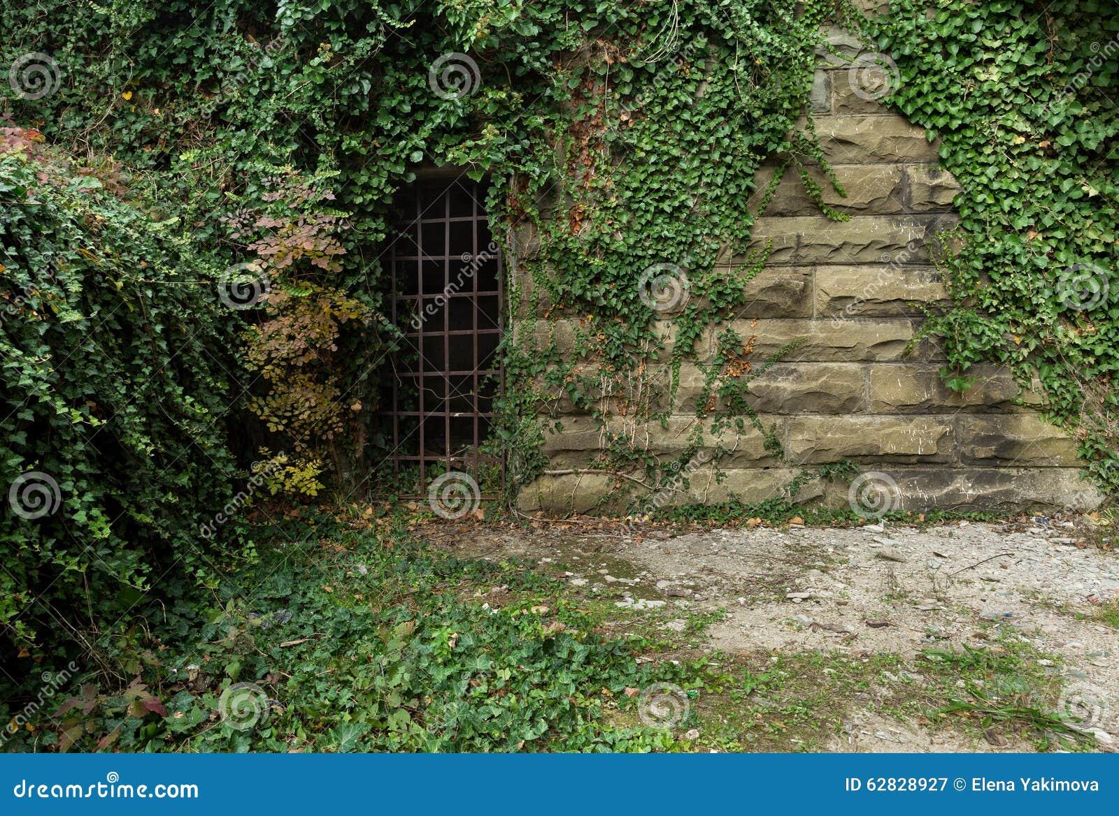 Oude bakstenen muur met afgeschilferde concrete oppervlakte voor ontwerpers en kunstenaar