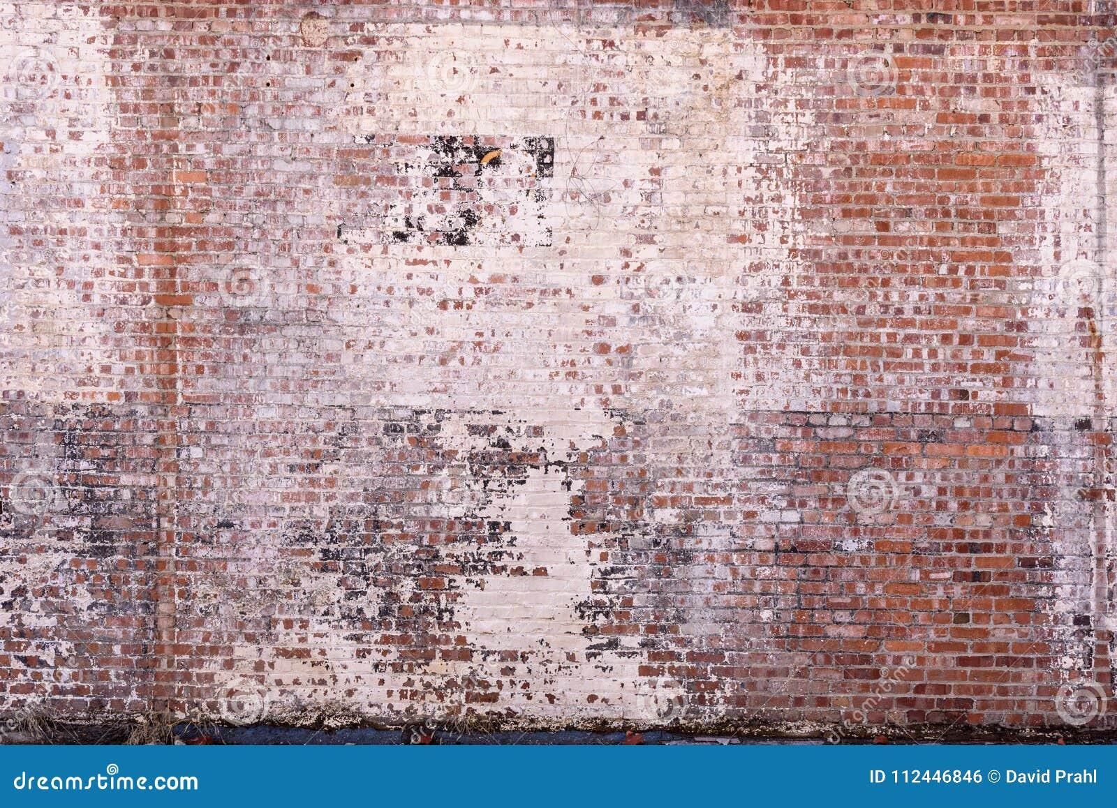 Oude bakstenen muur met langzaam verdwenen en schilverf
