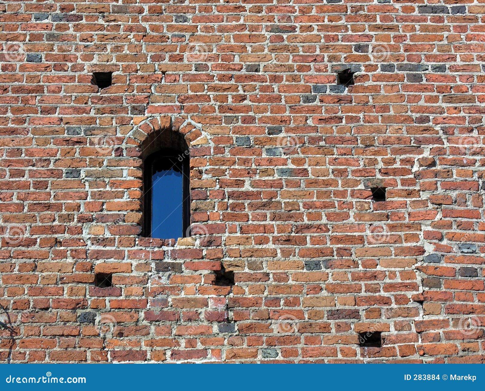 Oude bakstenen muur met venster