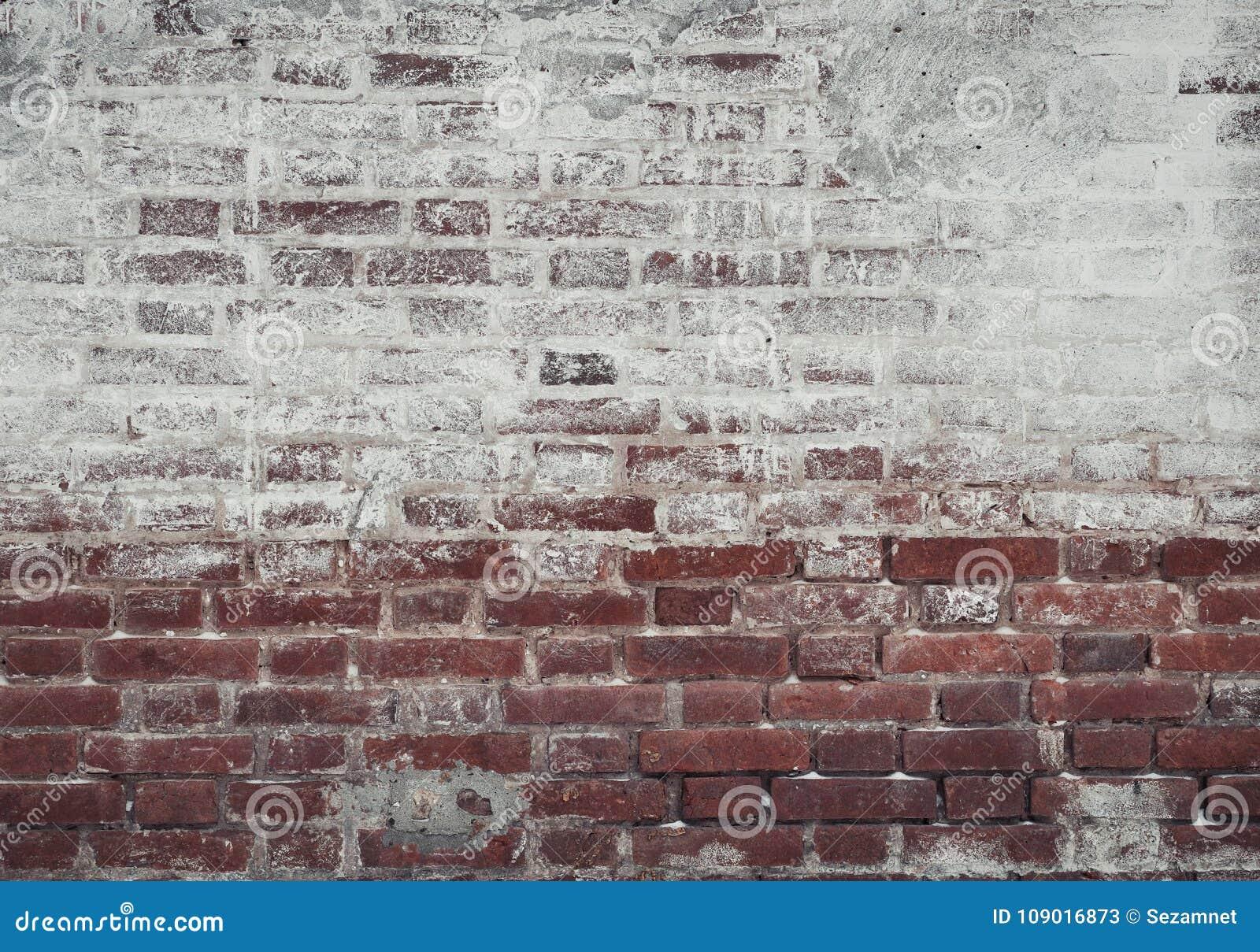 Bakstenen Binnenmuur Behandelen : Oude bakstenen muur van rode en witte die baksteen met pleister