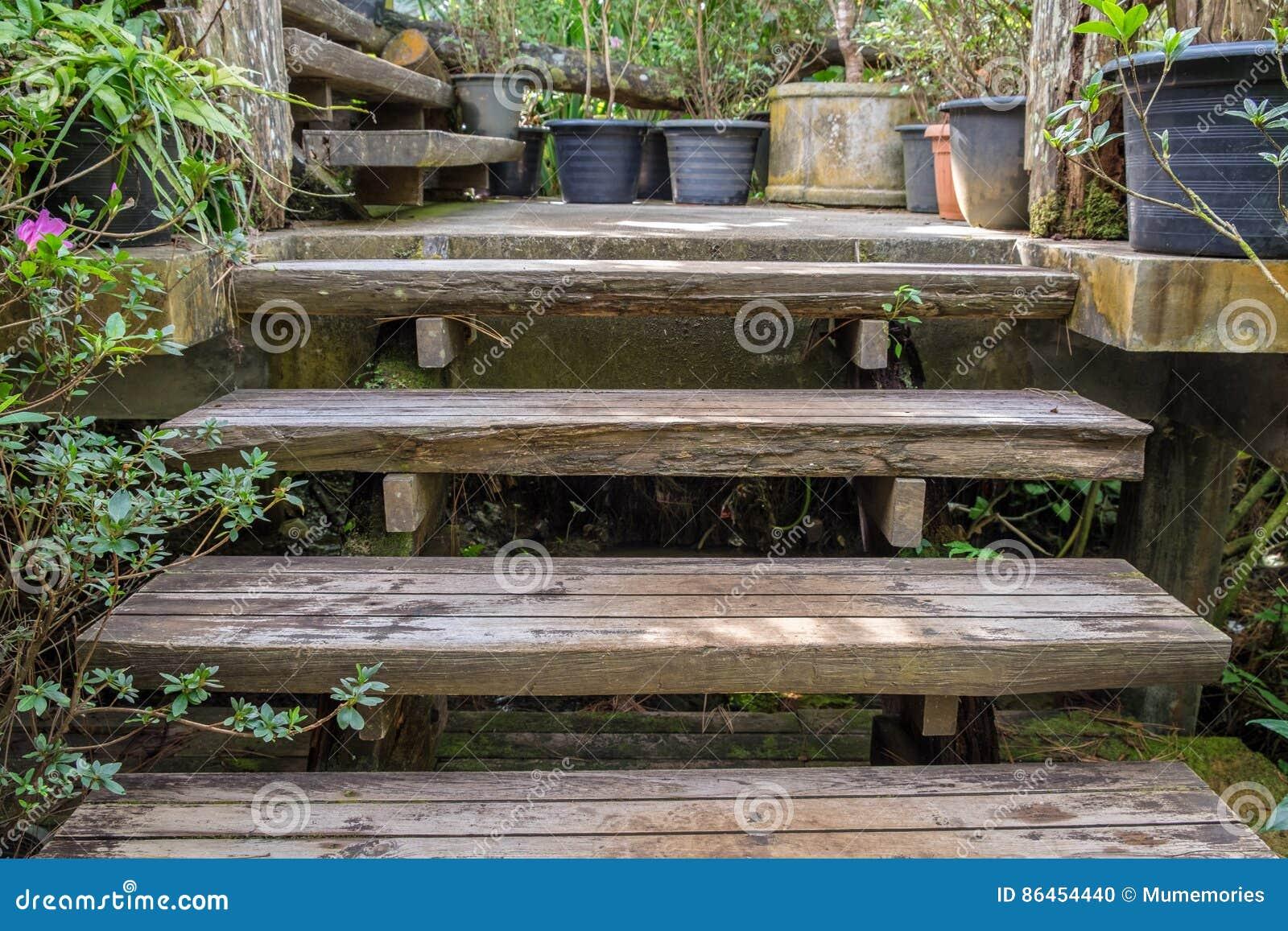 Oude bederf houten treden omhoog in tuin stock foto afbeelding 86454440 - Houten tuin decoratie ...