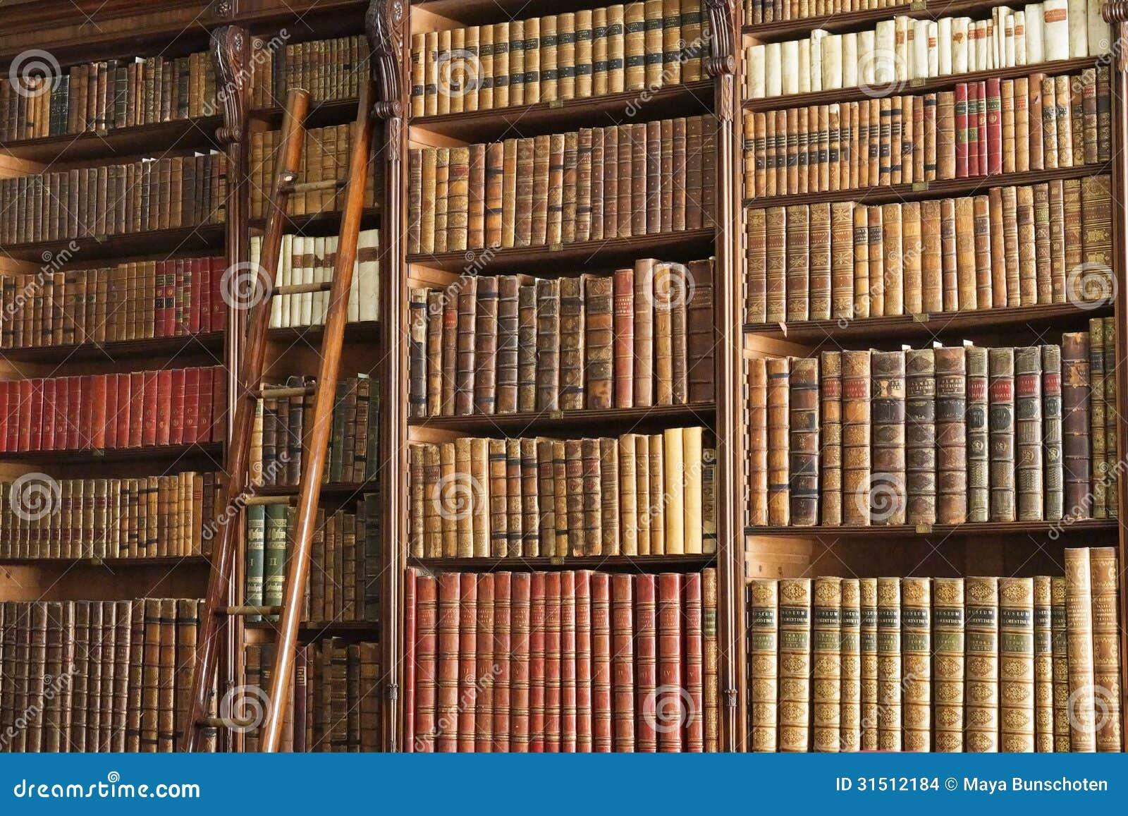 Oude bibliotheek met ladder