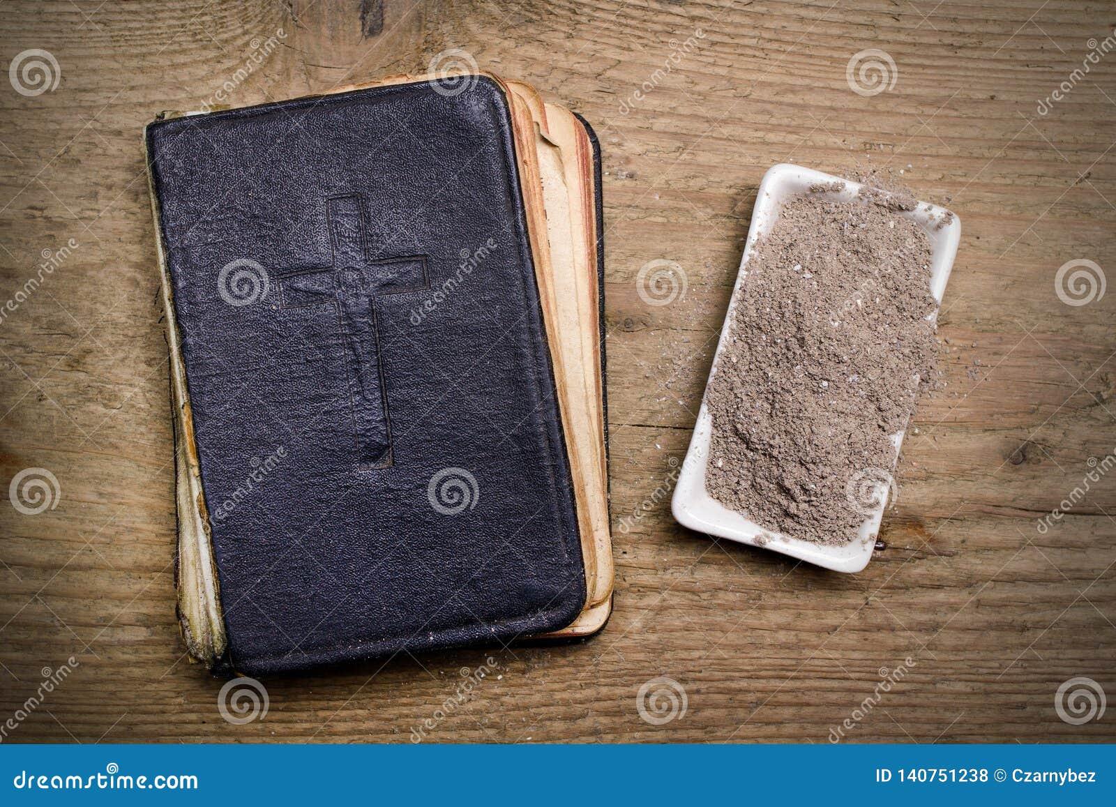 Oude Bijbel, Kruis en as op houten achtergrond - Ash Wednesday