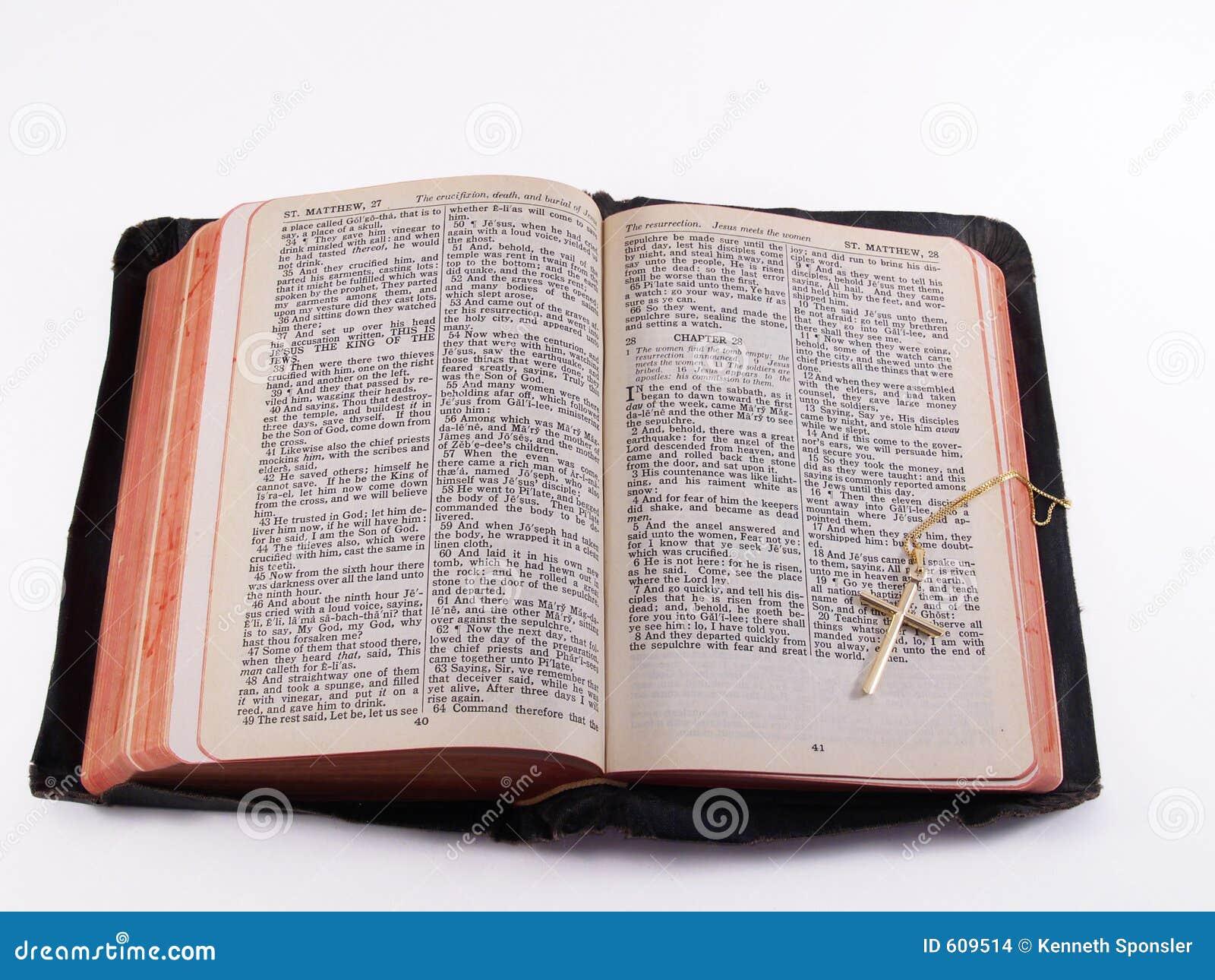 Oude Bijbel met gouden kruis