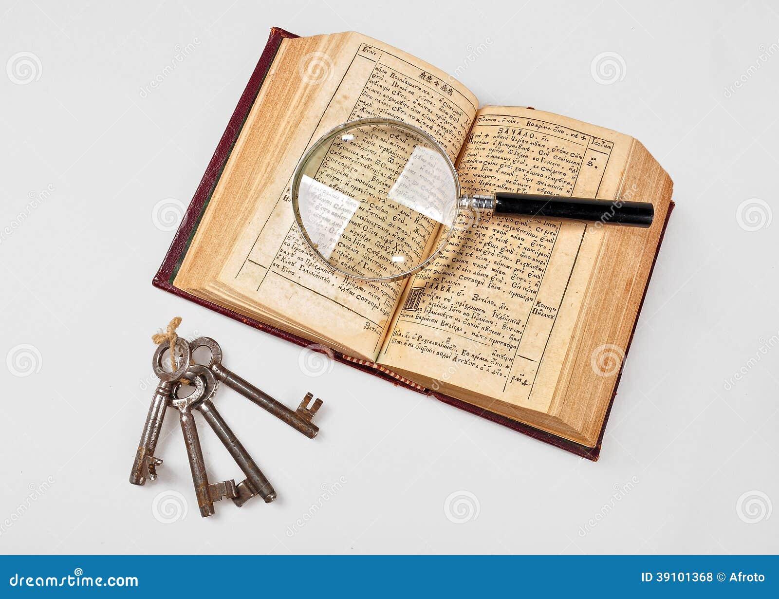 Oude Bijbel met meer magnifier