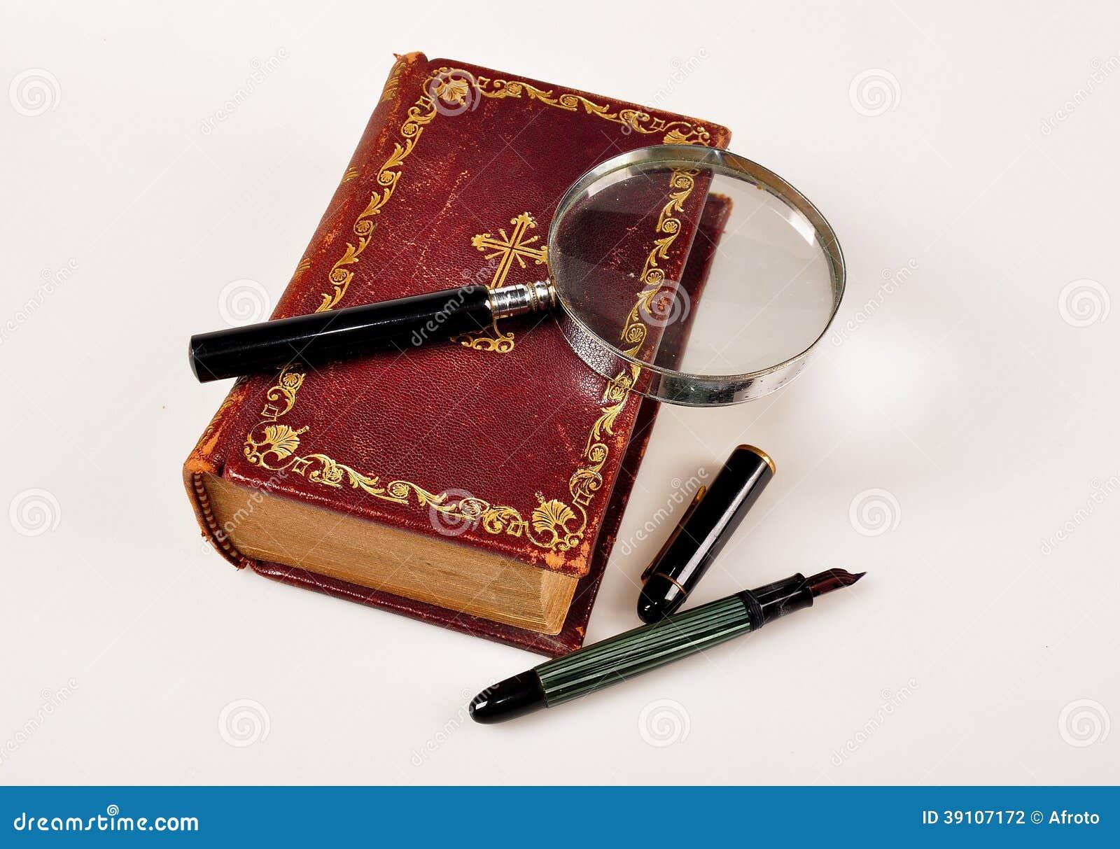 Oude Bijbel met meer magnifier en pen