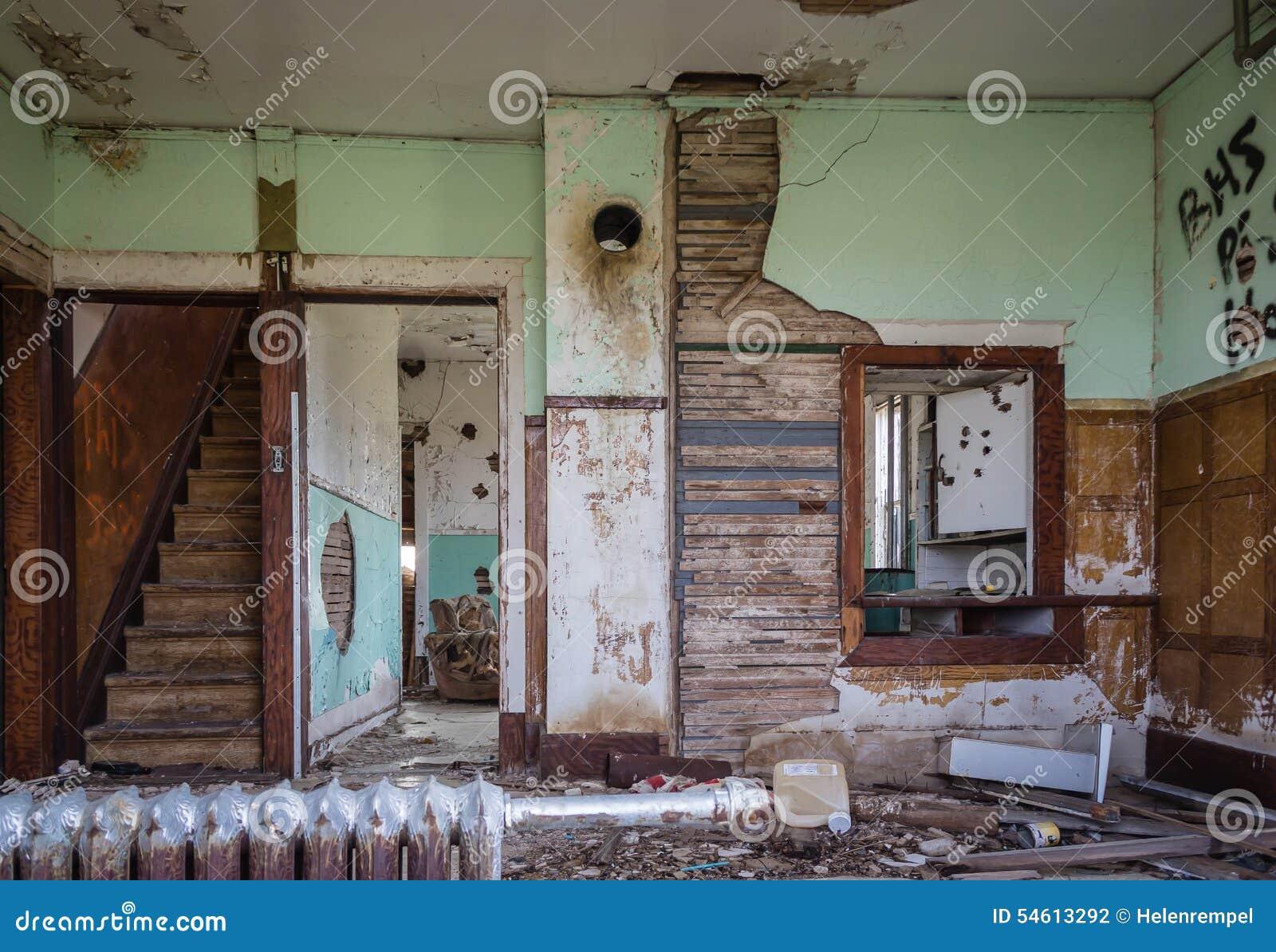Oude binnenlandse ruimte van huis in groot verval en lazarus stock