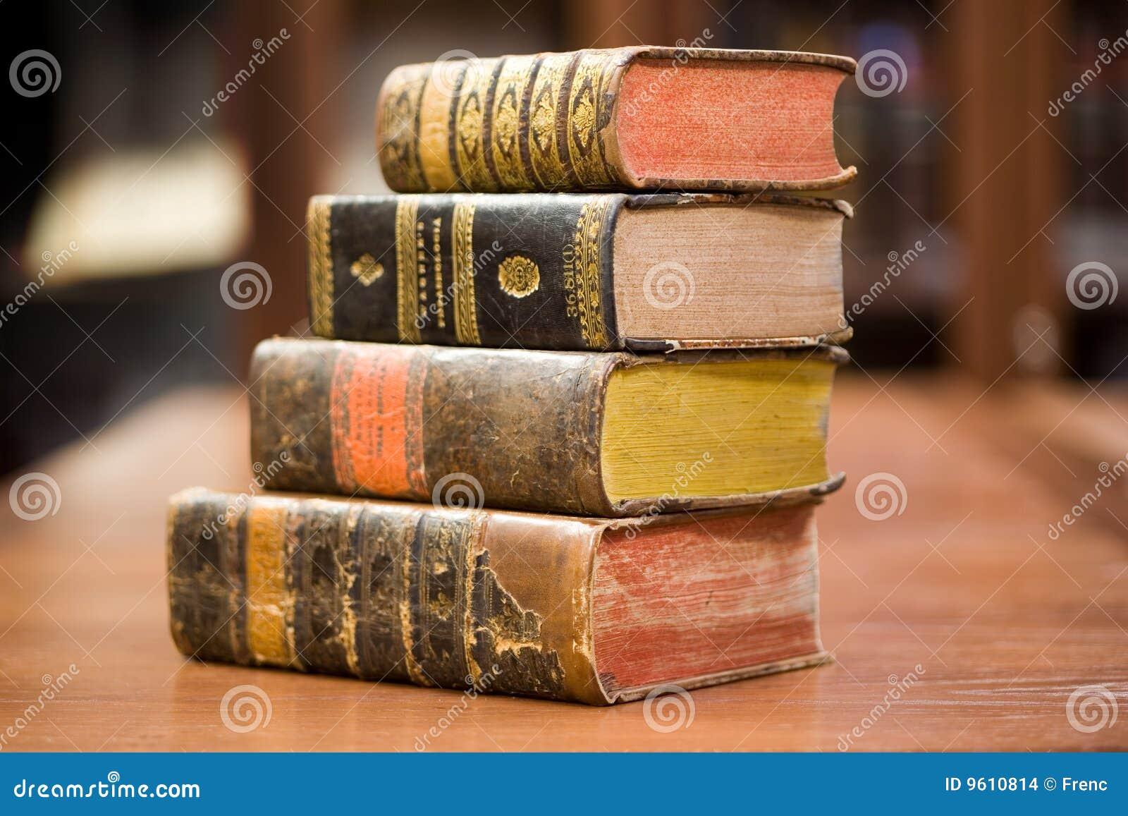 Oude boeken op de plank