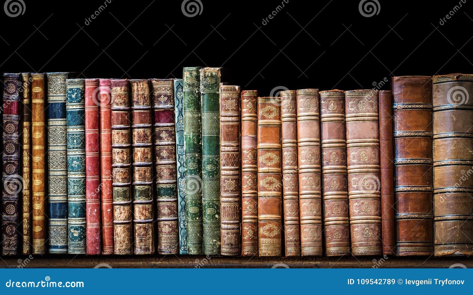 Oude boeken op houten plank