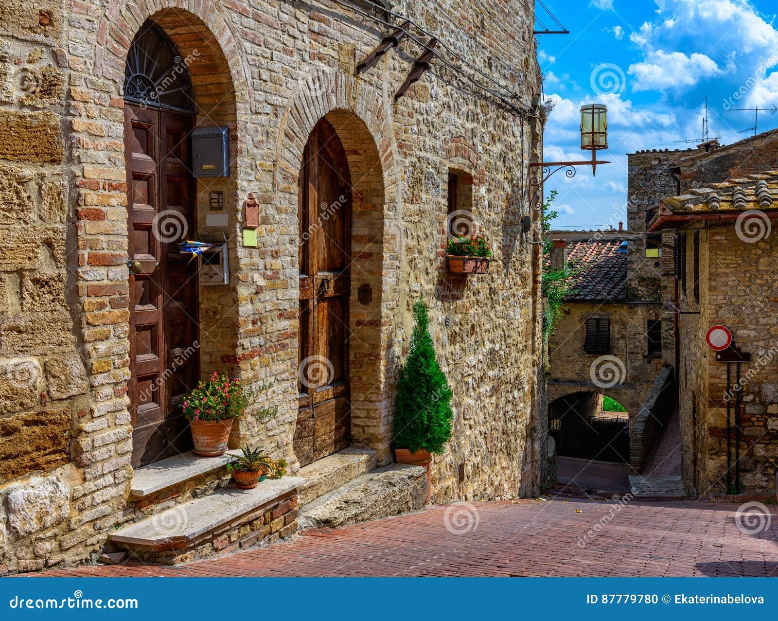 Oude comfortabele straat in San Gimignano, Toscanië, Italië