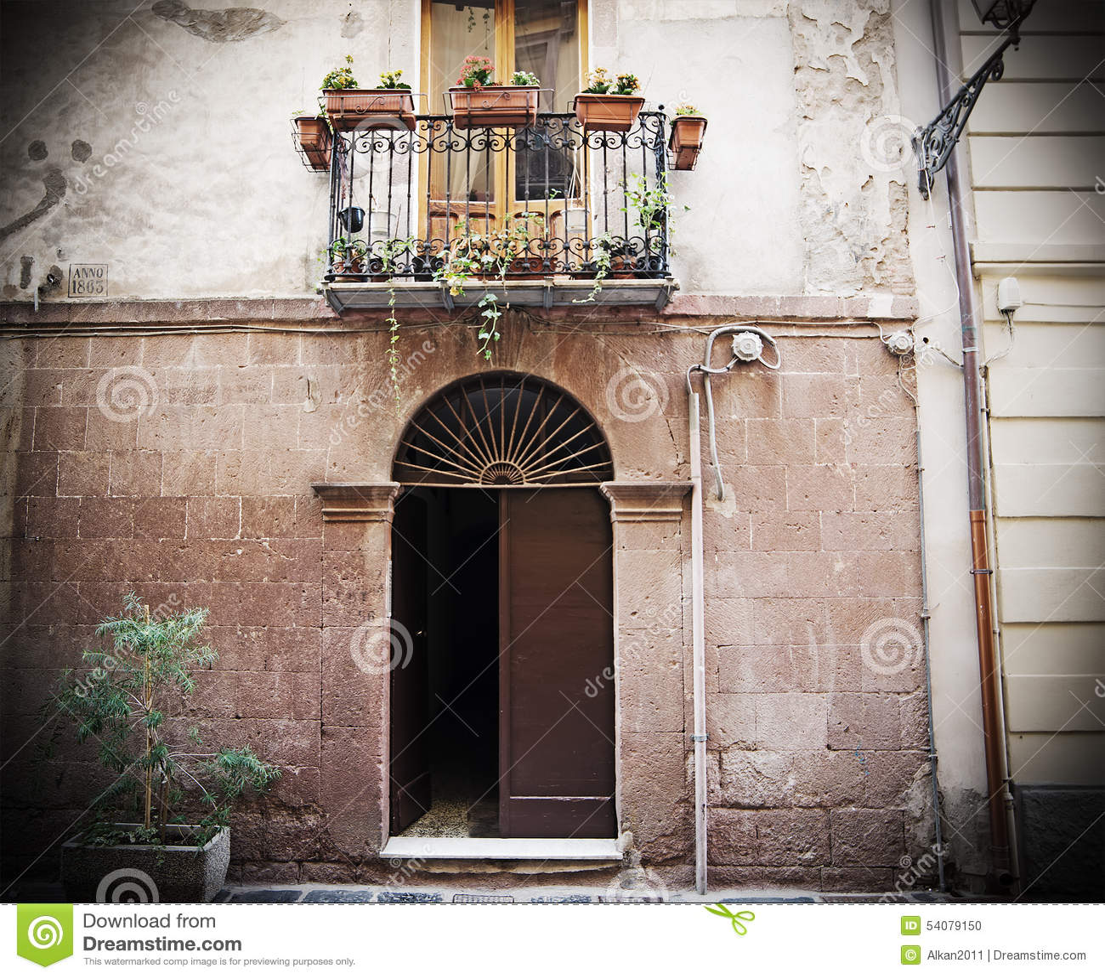 Oude deur in Bosa in retro stijl