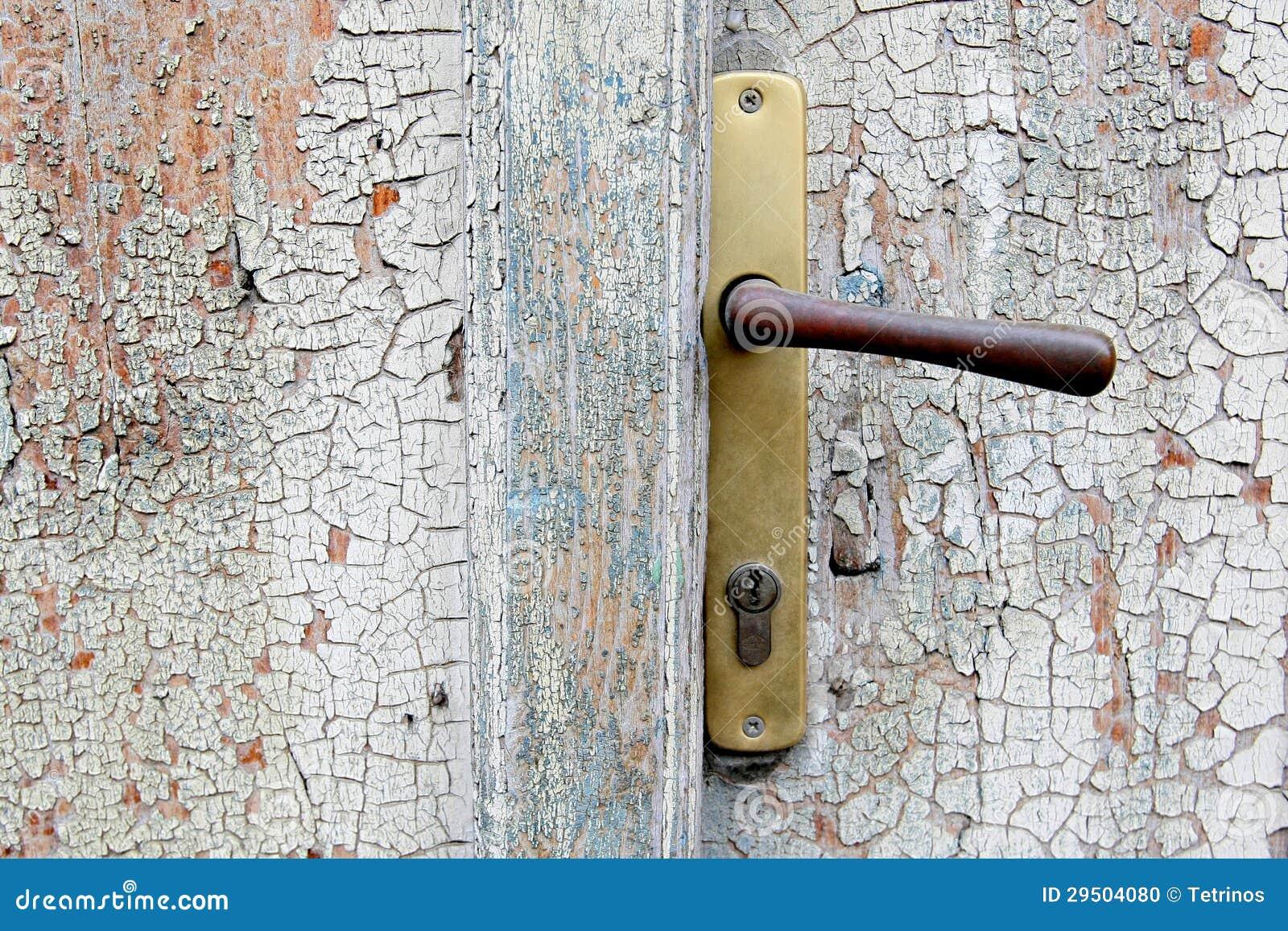 Oude deur met handvat