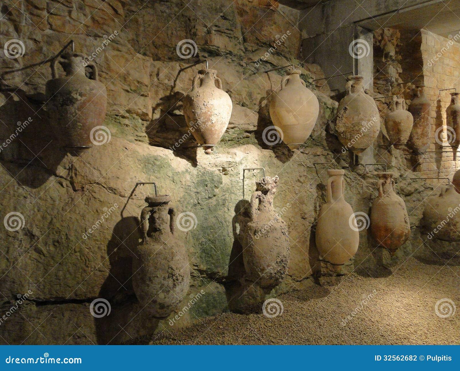 Oude die amfora door Romeinen in de antiquiteit, in Pula worden gemaakt