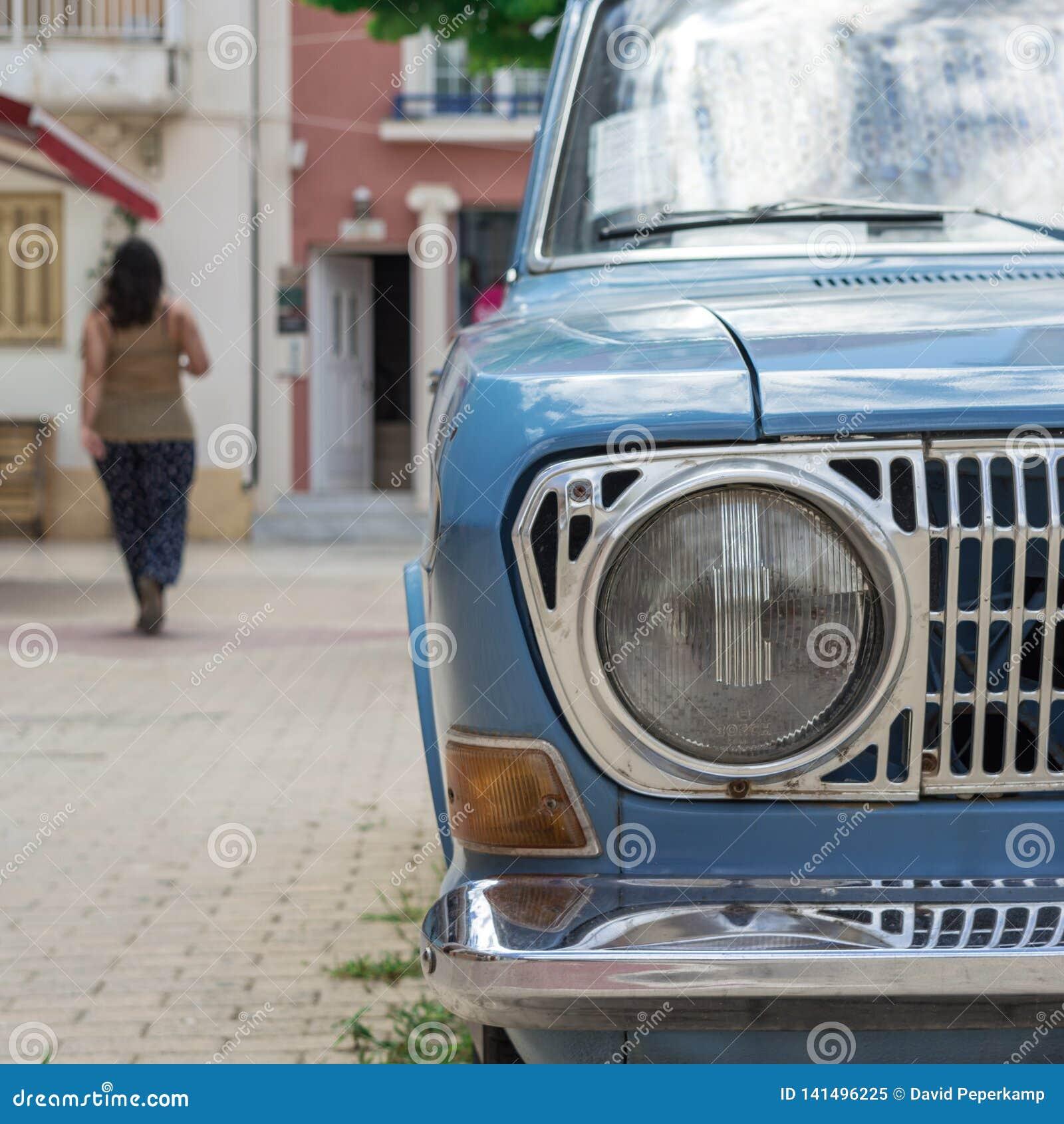 Oude die auto in Argostoli-kapitaal van Kefalonia Griekenland wordt geparkeerd