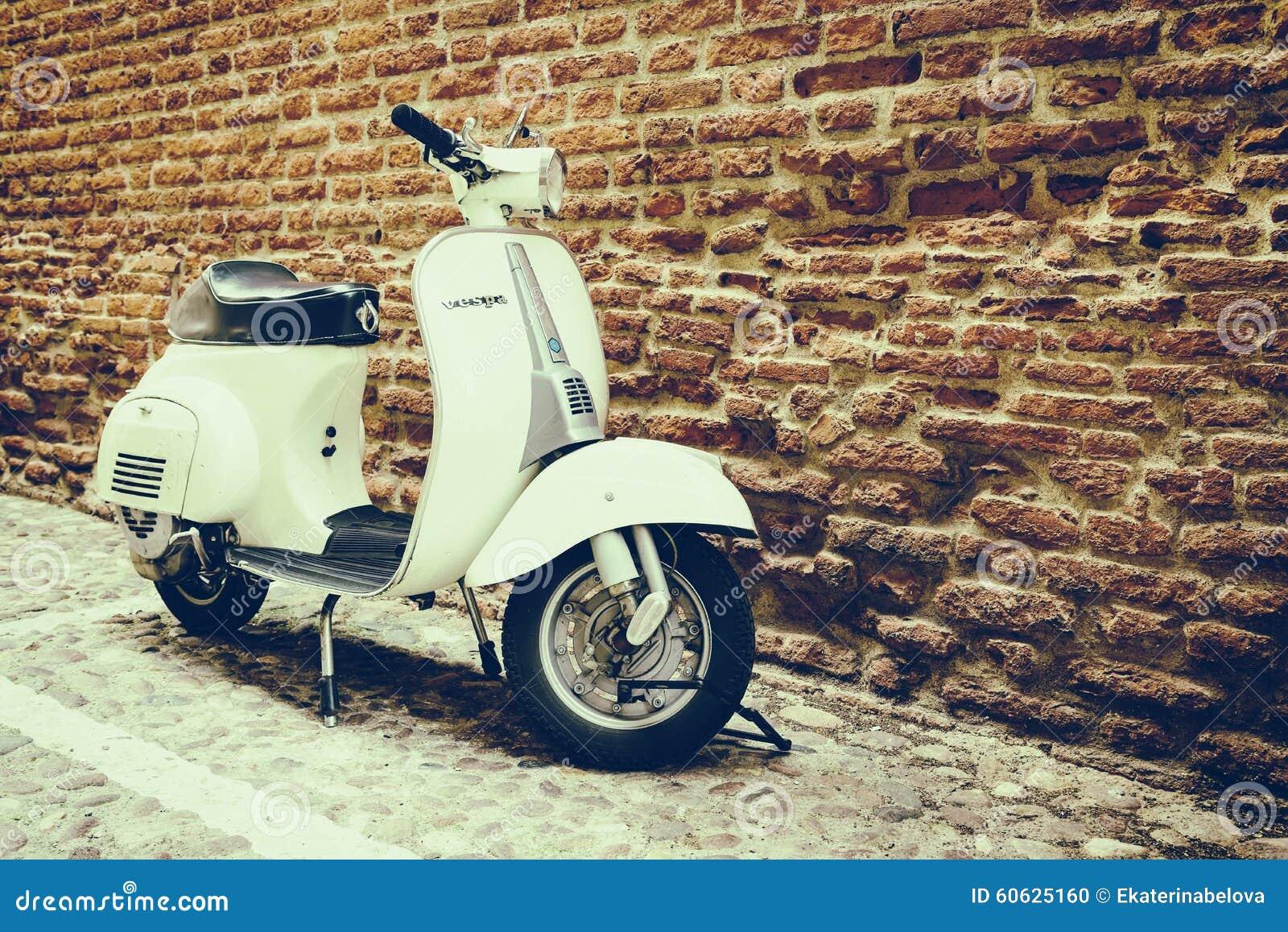 Oude die Vespa op oude straat in Verona wordt geparkeerd