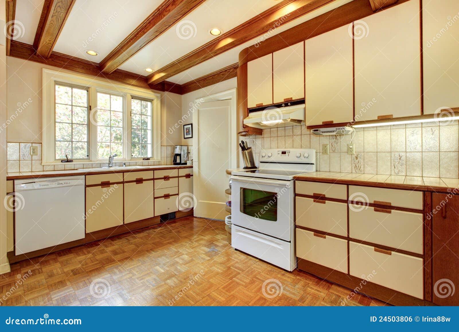 Oude eenvoudige witte en houten keuken stock foto afbeelding