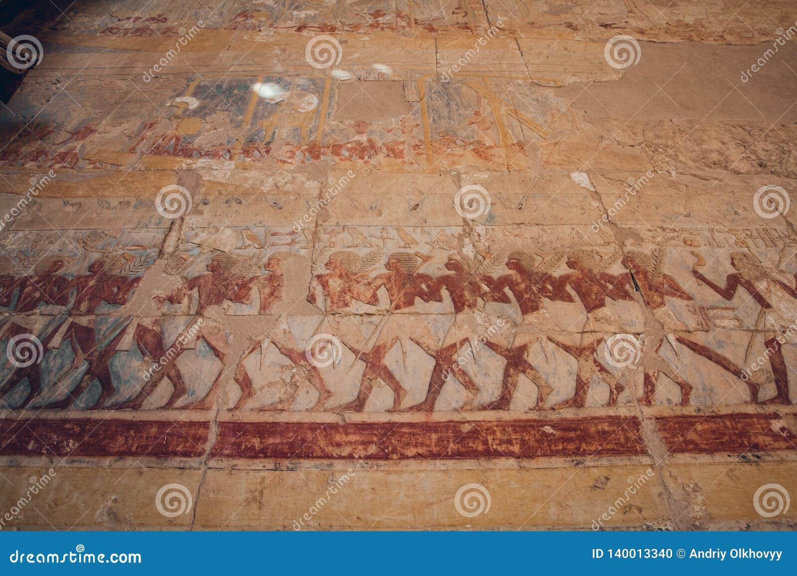 Oude Egyptische schilderijen en hiërogliefen op de muur in Karnak-Tempel Complex in Luxor, Egypte