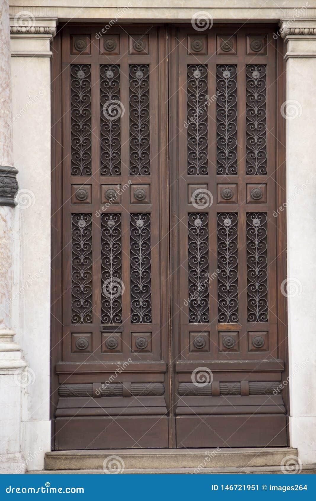 Oude eiken deuren