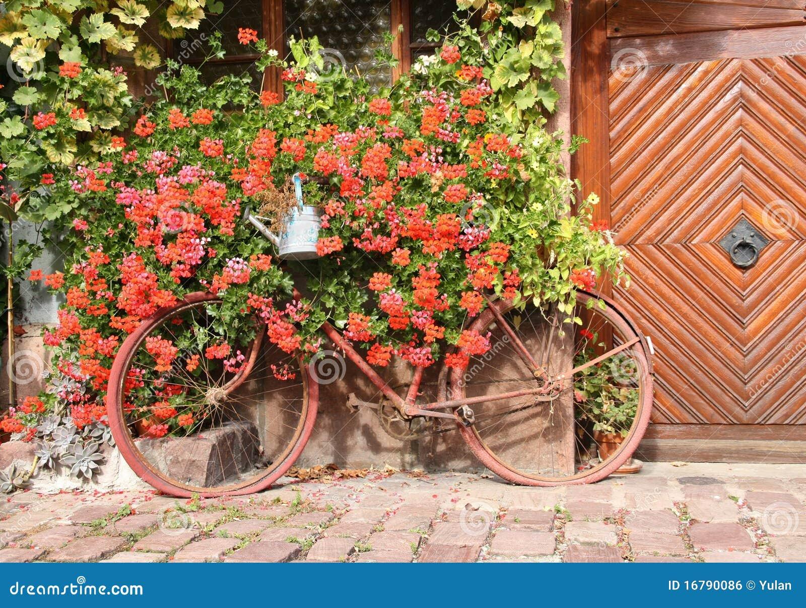 Oude fiets als decoratie van het huis royalty vrije stock afbeelding beeld 16790086 - Afbeelding van huisdecoratie ...