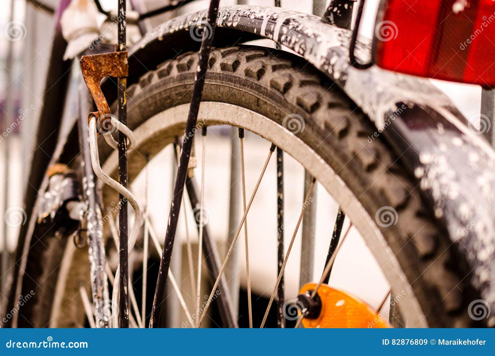 Licht Voor Fiets : Oude fiets met witte het schilderen kleur en gebroken licht stock