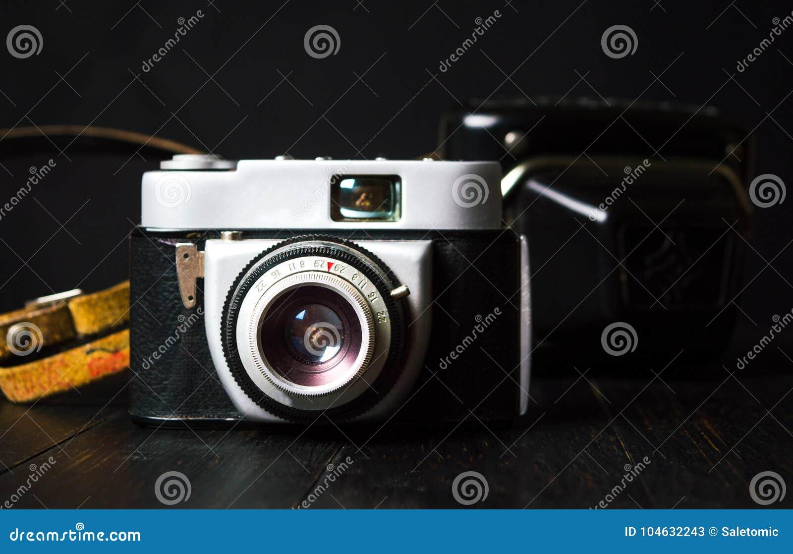 Download Oude Filmcamera Tegen Donkere Achtergrond Stock Afbeelding - Afbeelding bestaande uit antiquiteit, geïsoleerd: 104632243