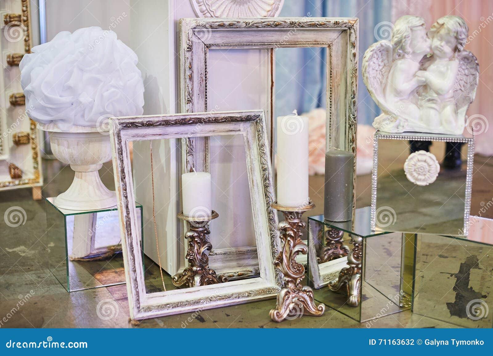 Oude fotokaders en kaarsen met decoratie voor studio stock foto