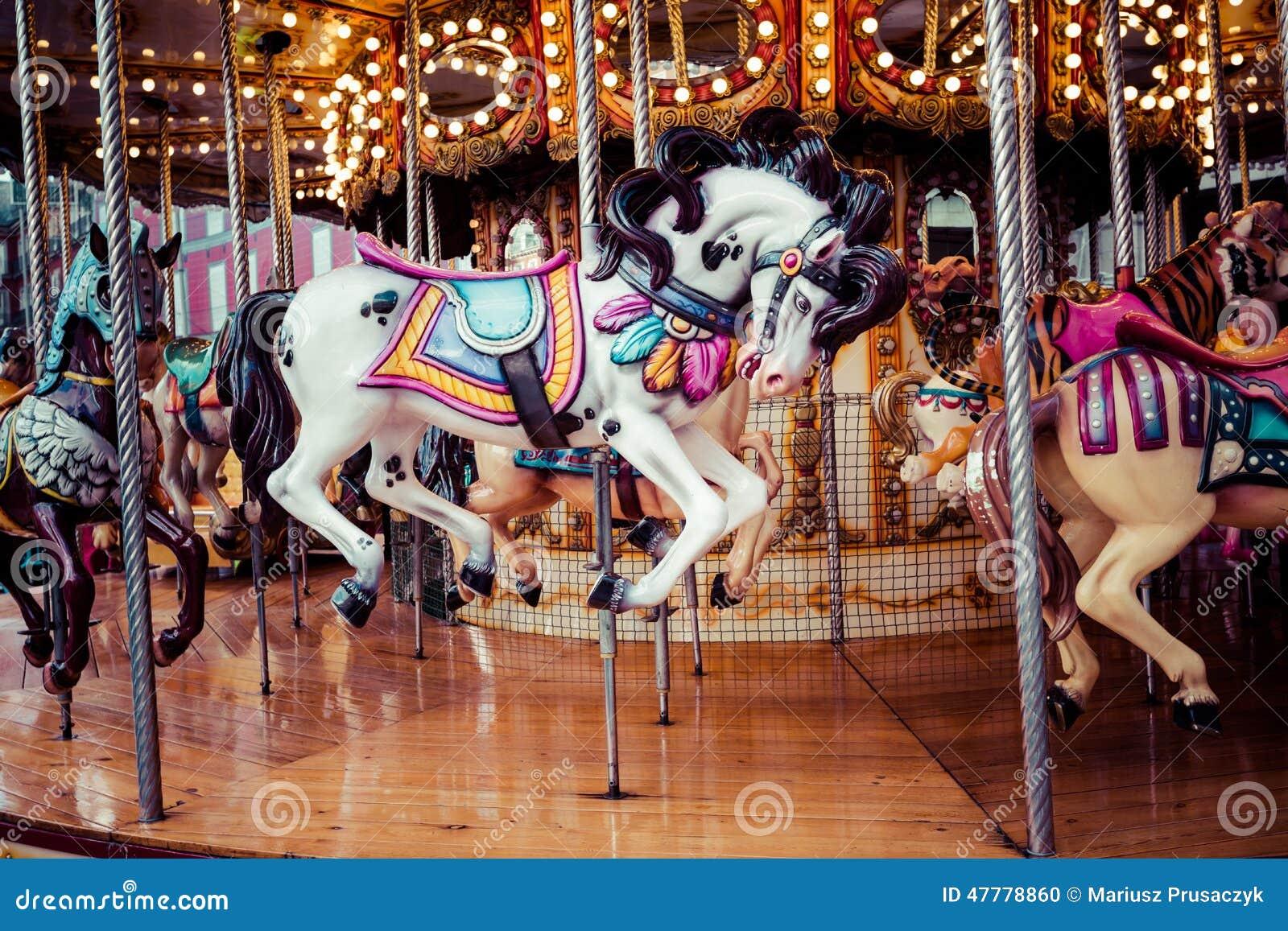 Oude Franse carrousel in een vakantiepark Drie paarden en vliegtuig op een traditionele kermisterrein uitstekende carrousel Vroli