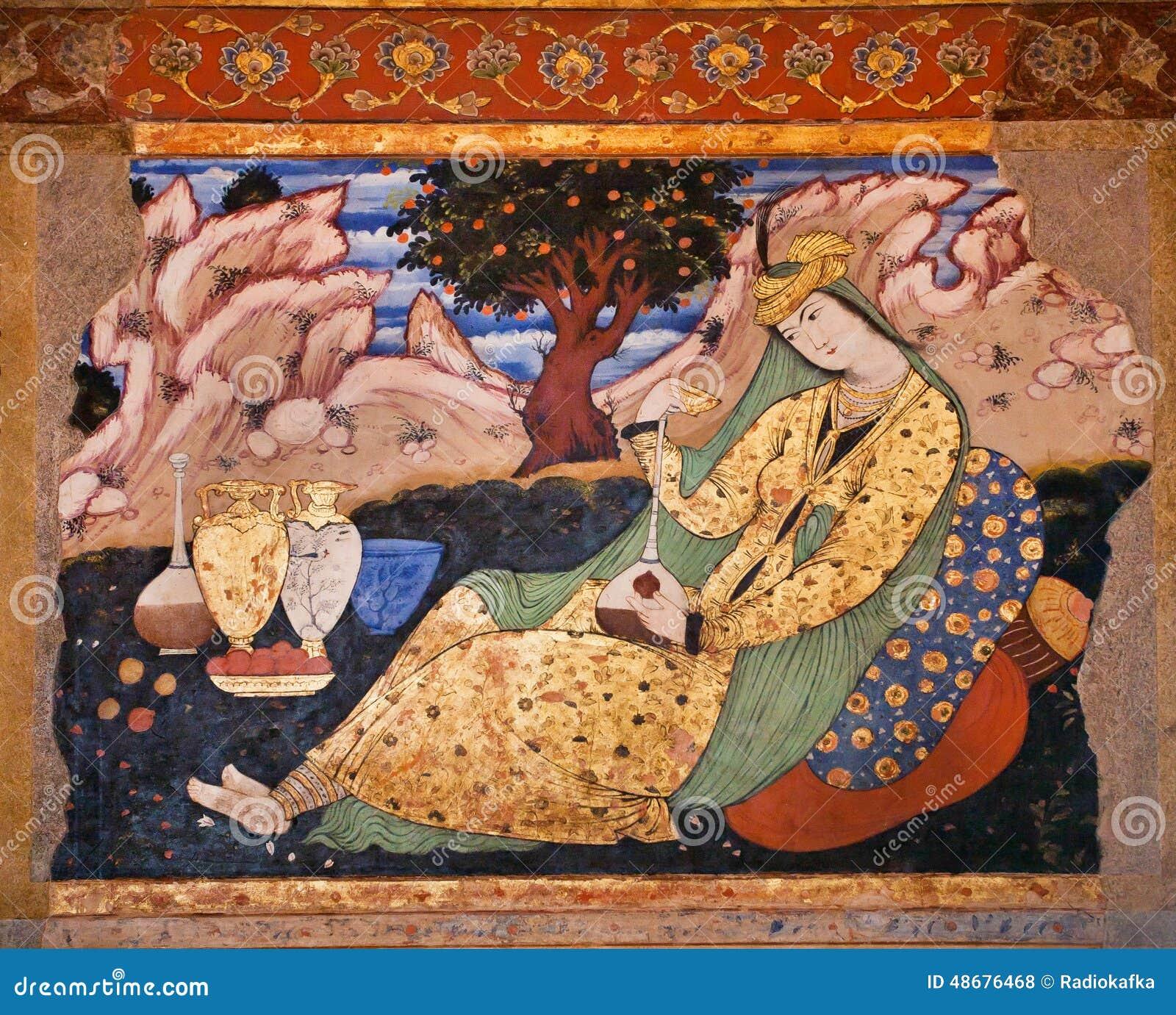 Oude fresko met beeld van mooie Perzische vrouw met waterkruiken in paleis Chehel Sotoun