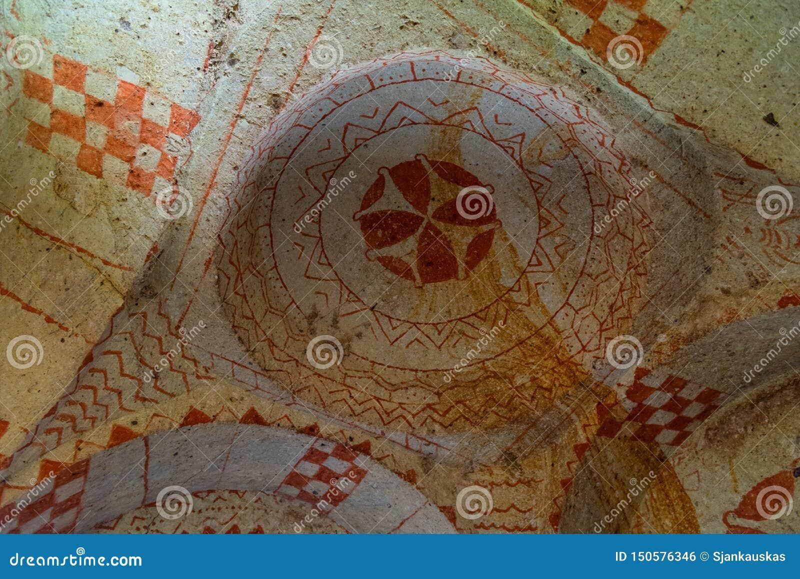 Oude fresko s op het plafond van rots-besnoeiing tempel, het nationale park van Goreme, ondergrondse stad, Cappadocia Turkije