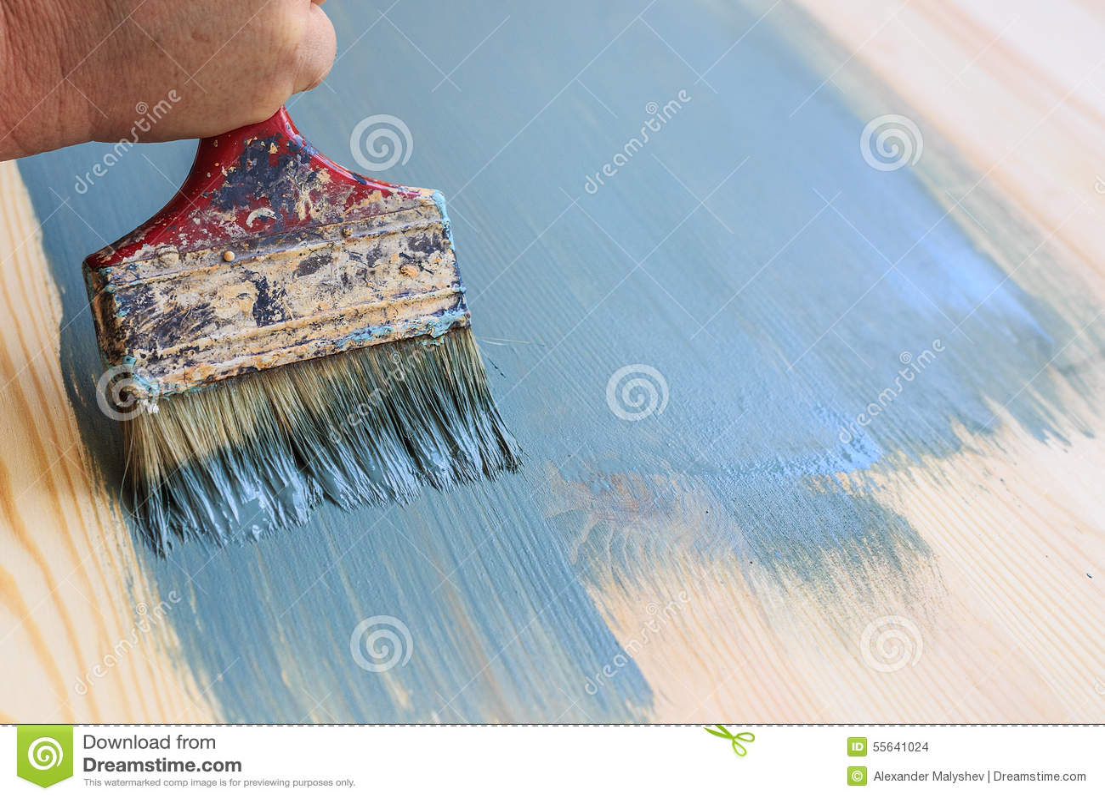 Oude gebruikte verfborstel die houten achtergrond schilderen