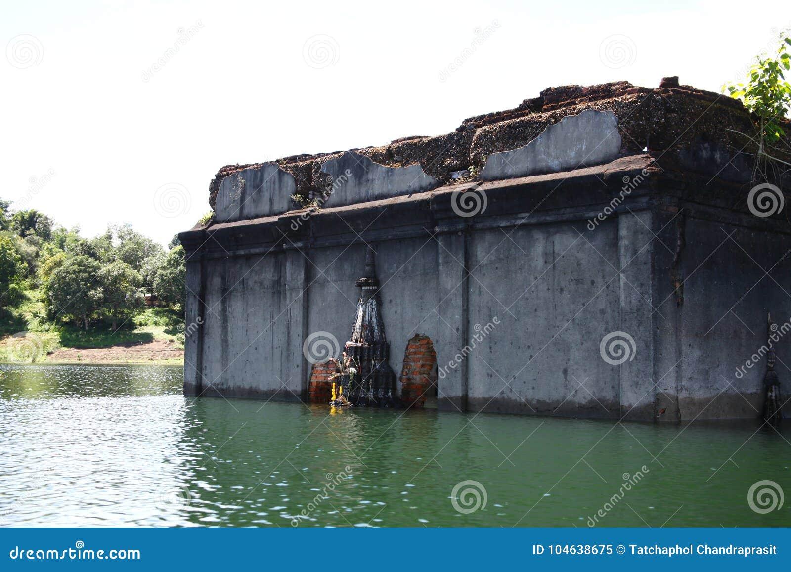 Download Oude Gedaalde Tempel In Het Meer Stock Afbeelding - Afbeelding bestaande uit bestemming, kolom: 104638675