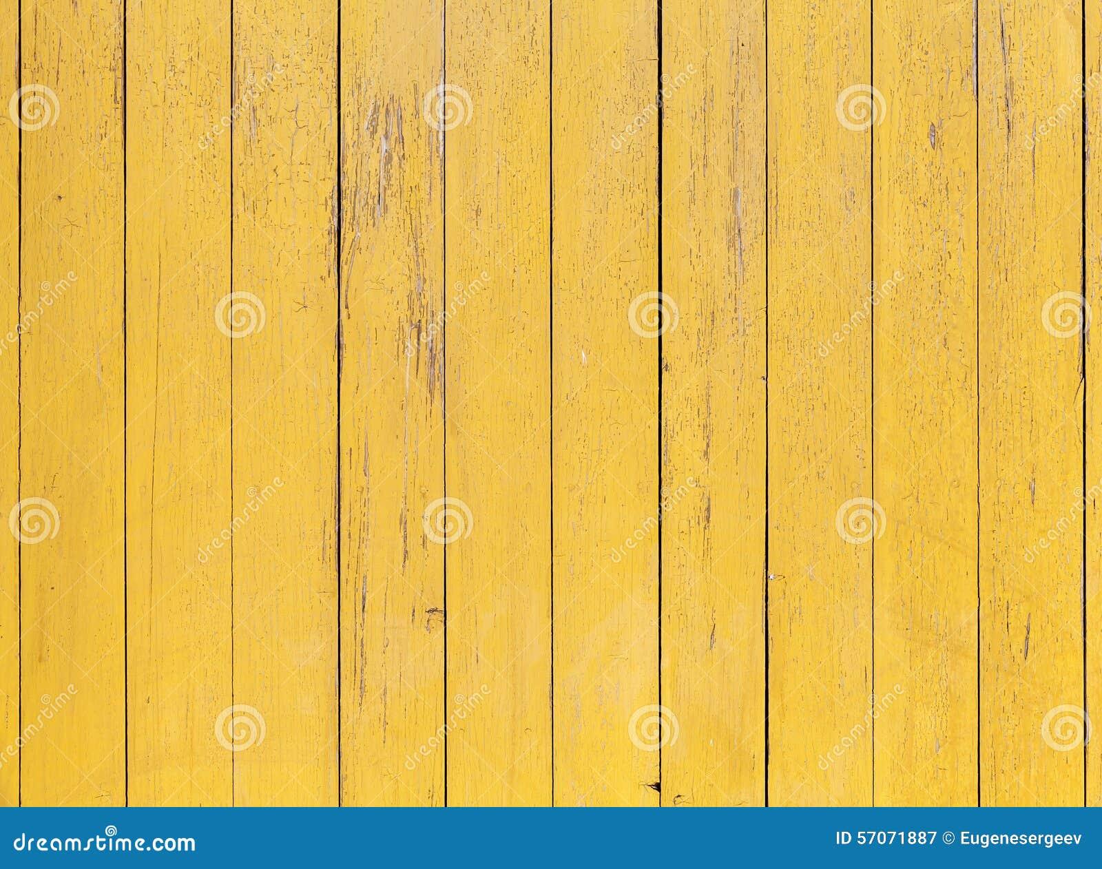 Oude gele houten muur met gebarsten verflaag