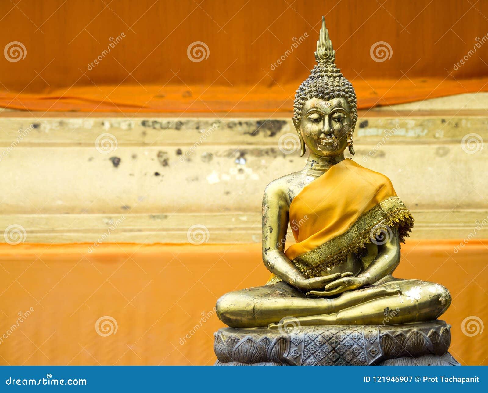 Oude Gouden Boedha in gele robes in Thailand