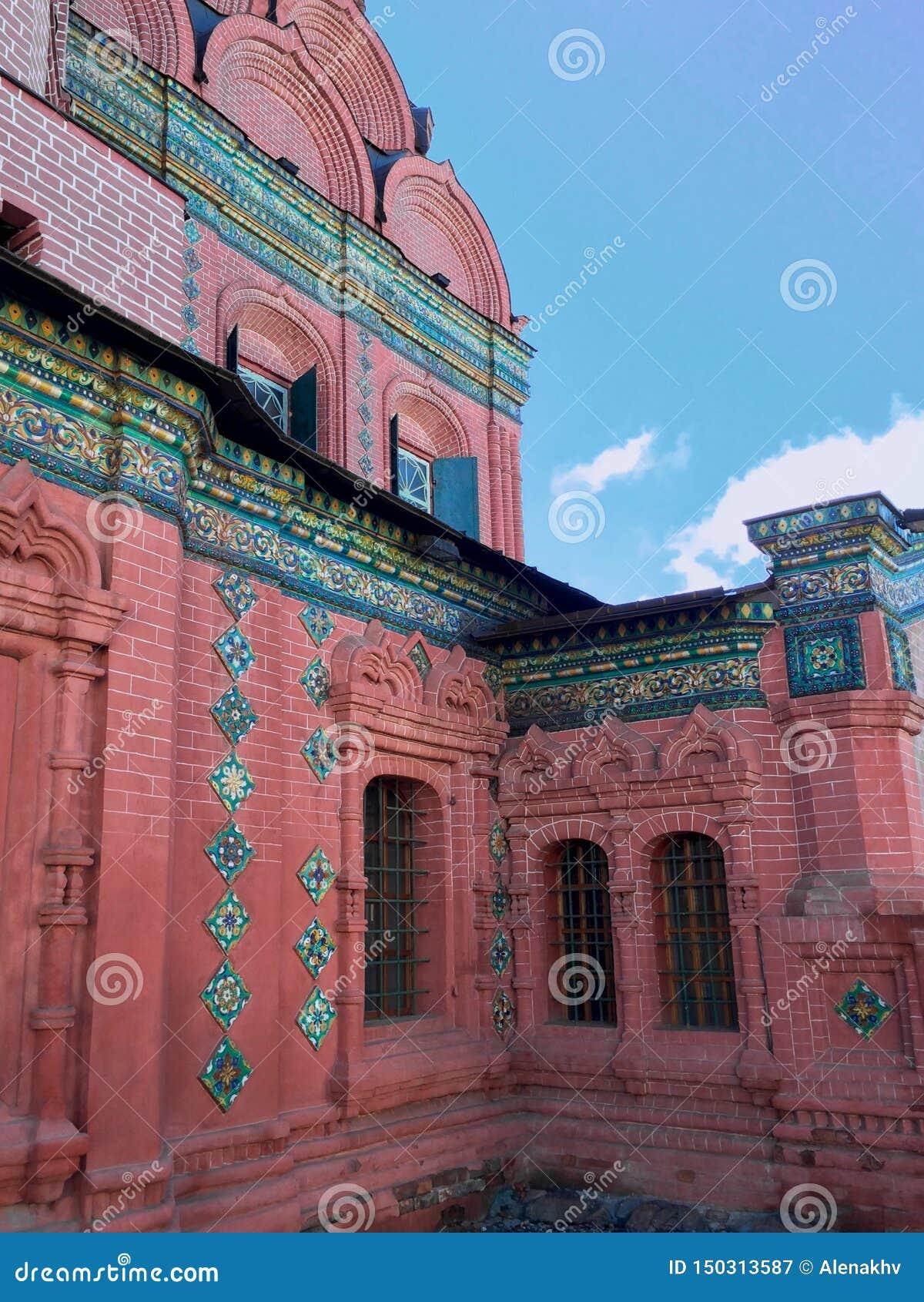 Oude groene bekwame tegels van de ortodoxkerk van Epiphany
