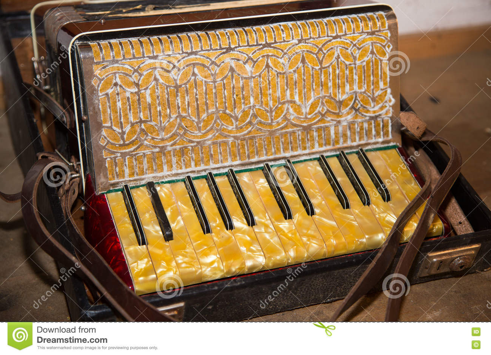 Oude harmonika die op de zolder wordt gevonden