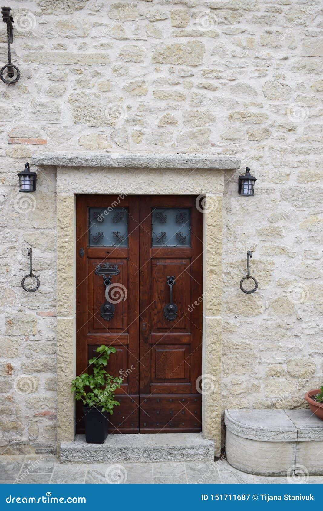 Oude historische deur in San Marino