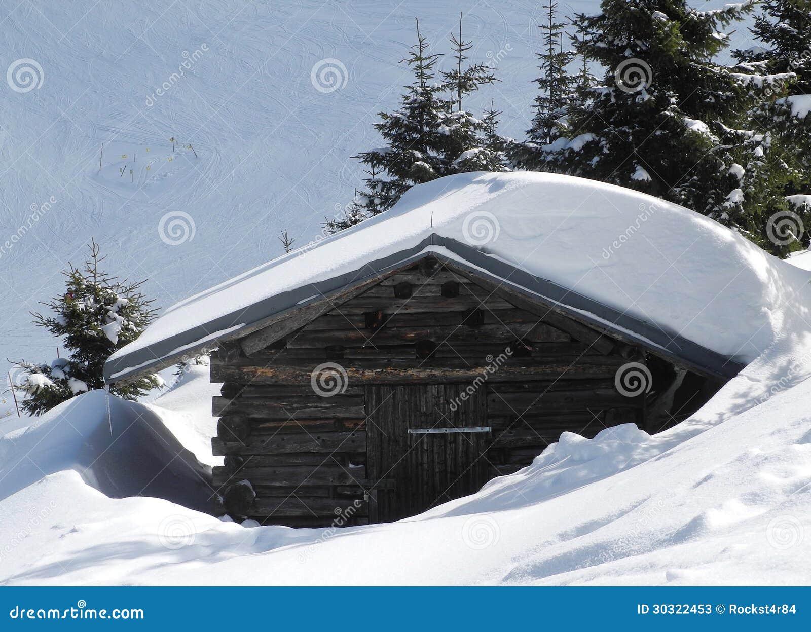 Oude houten berghut die door sneeuw wordt behandeld stock foto 39 s beeld 30322453 - Berghut foto ...