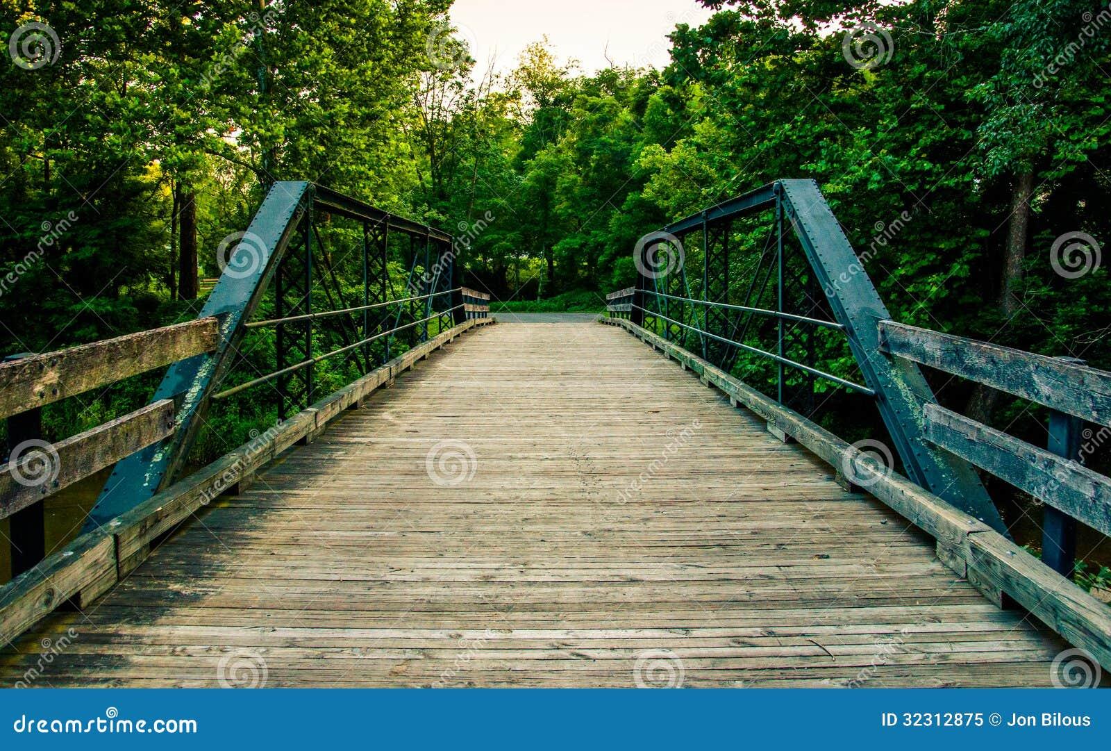 Oude houten brug over een kreek in de Zuidelijke Provincie van York, PA