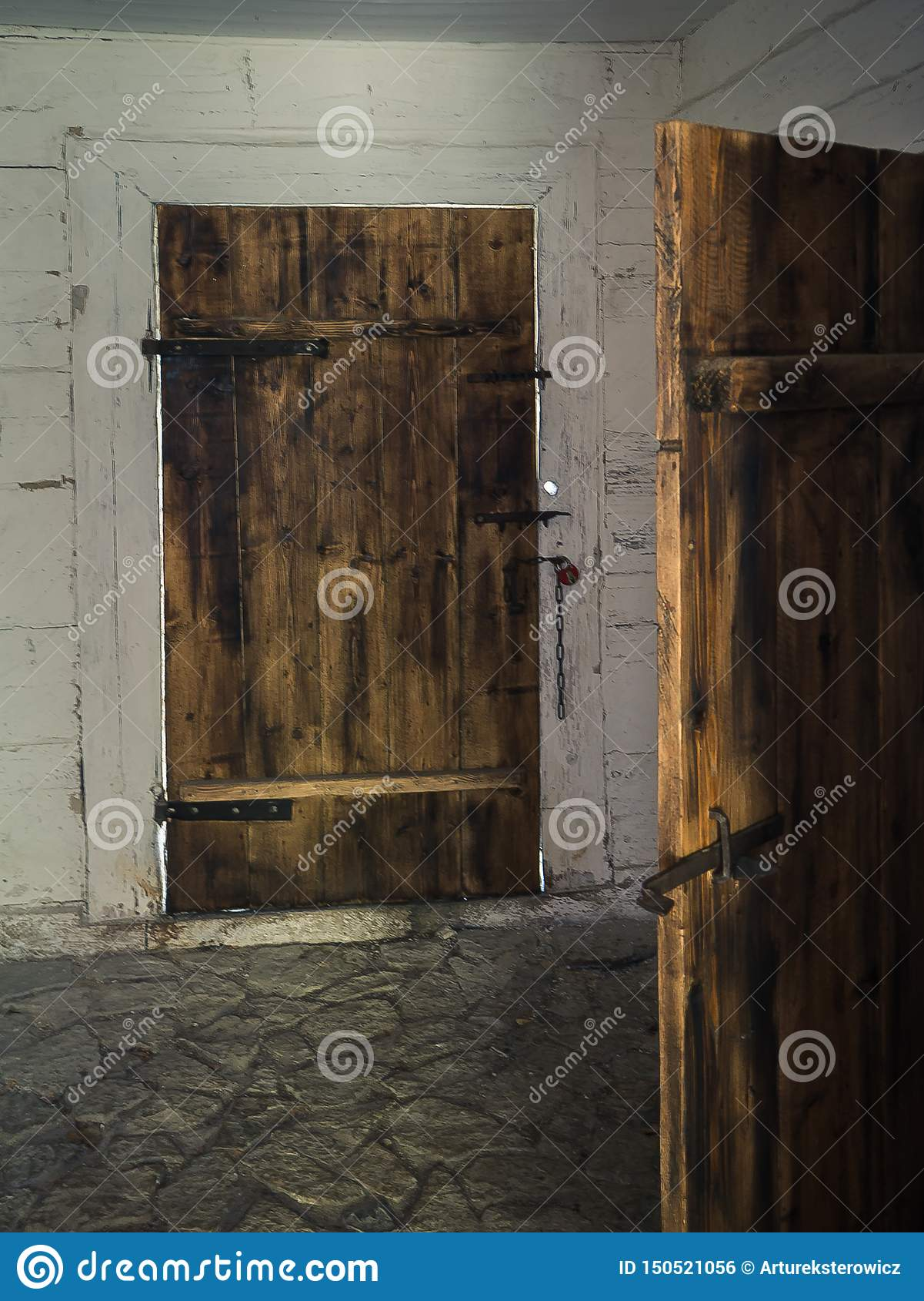 Oude houten deur in een blokhuis