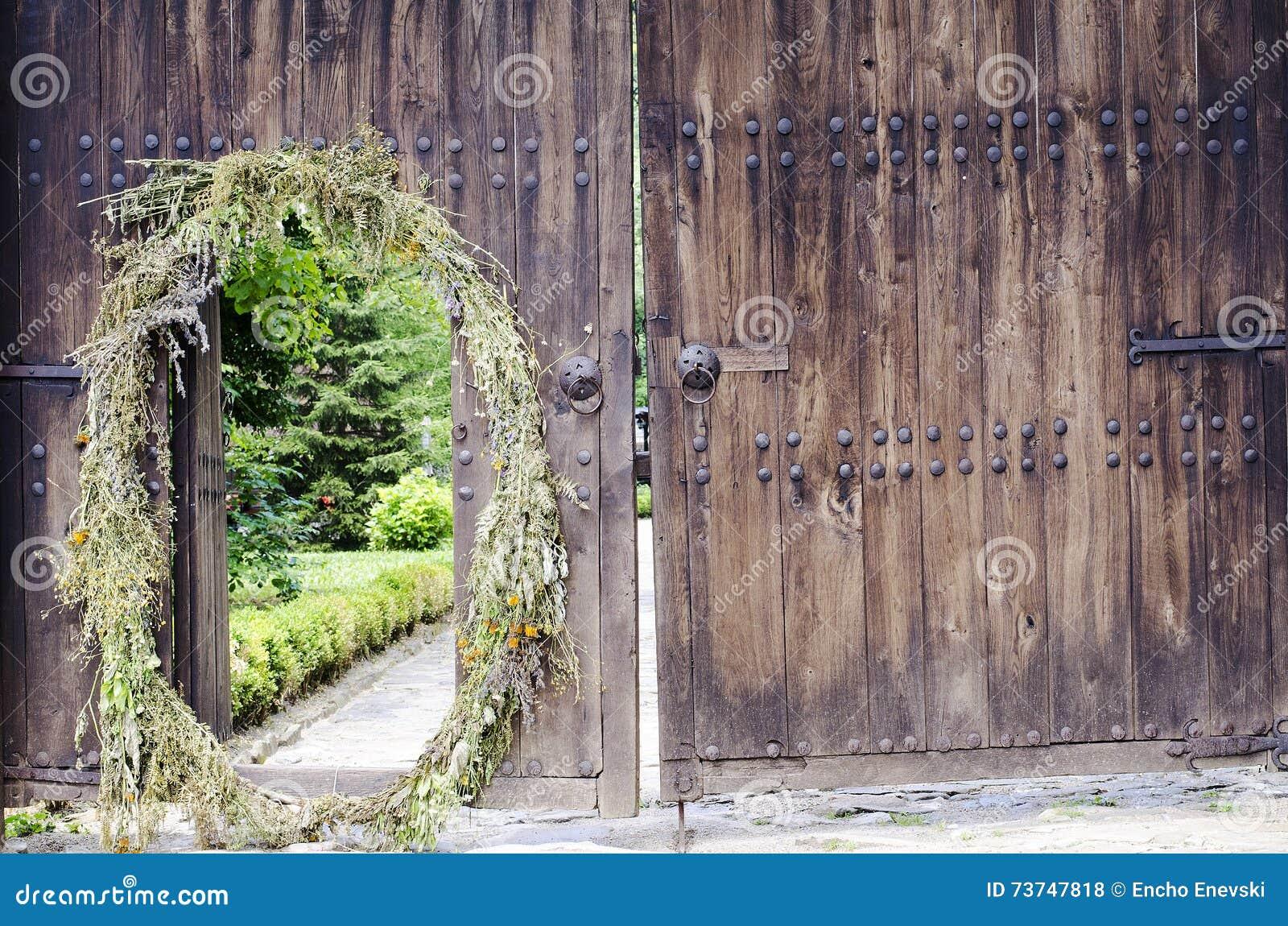 Oude houten deur met metaalmontage