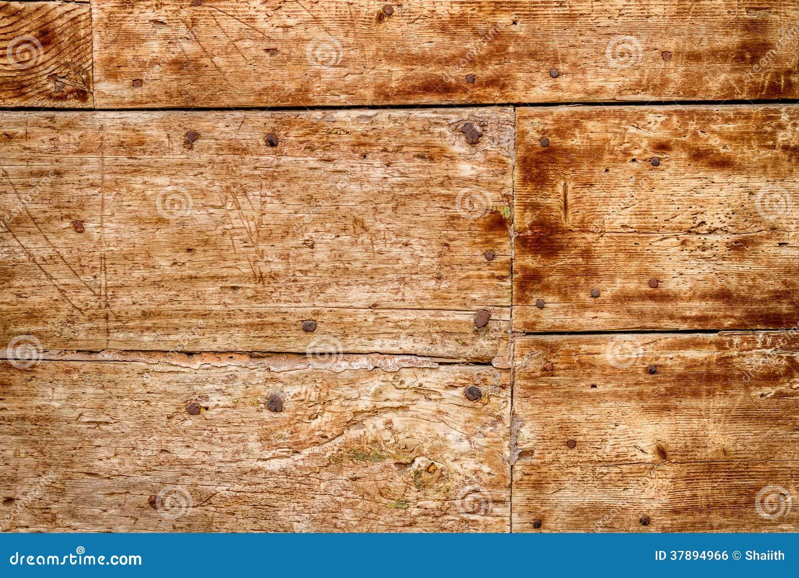 Oude houten deur met spijkers